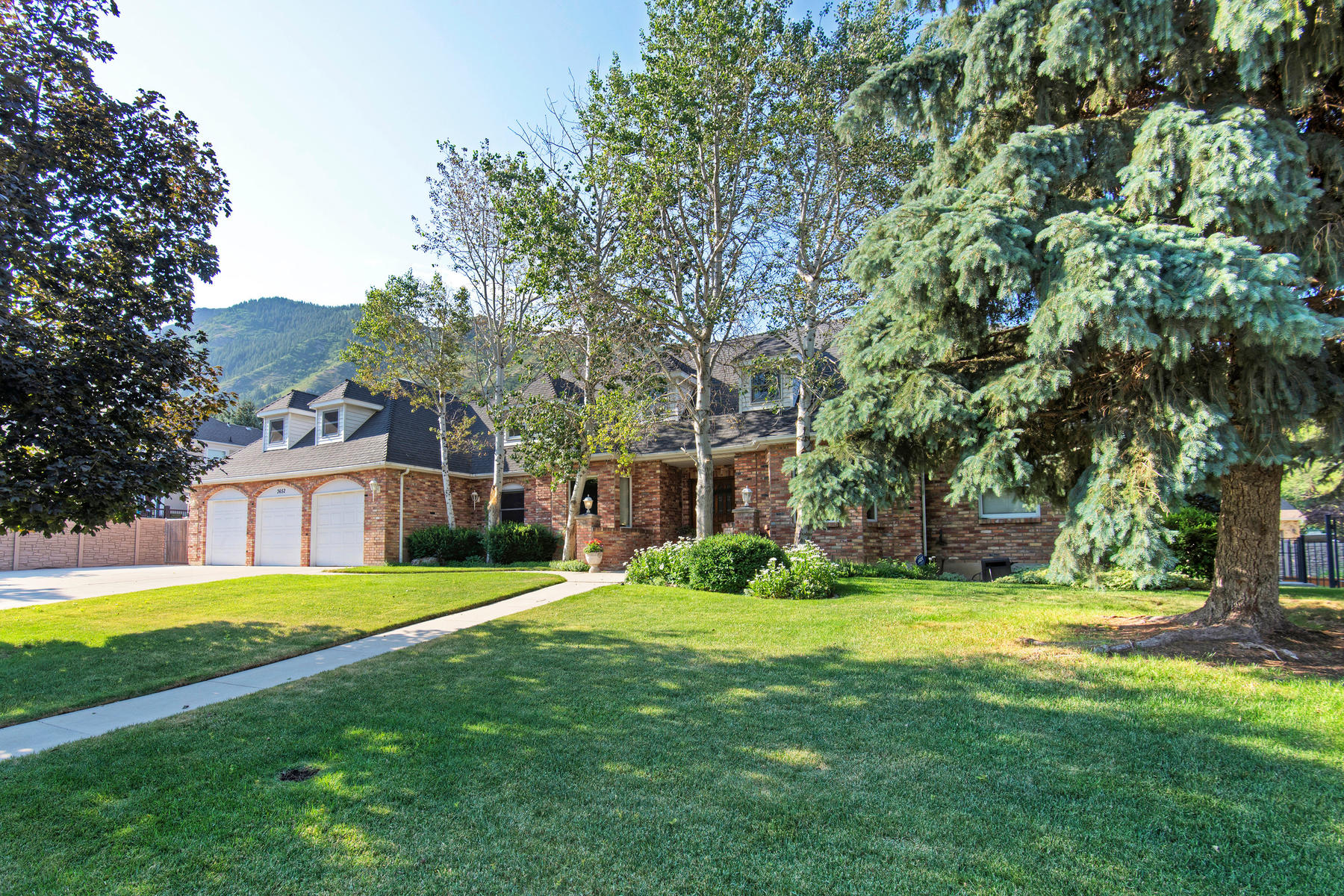 Additional photo for property listing at Charming Two Story with a Flair of Country. 3652 E Little Cottonwood Ln Sandy, Utah 84092 United States