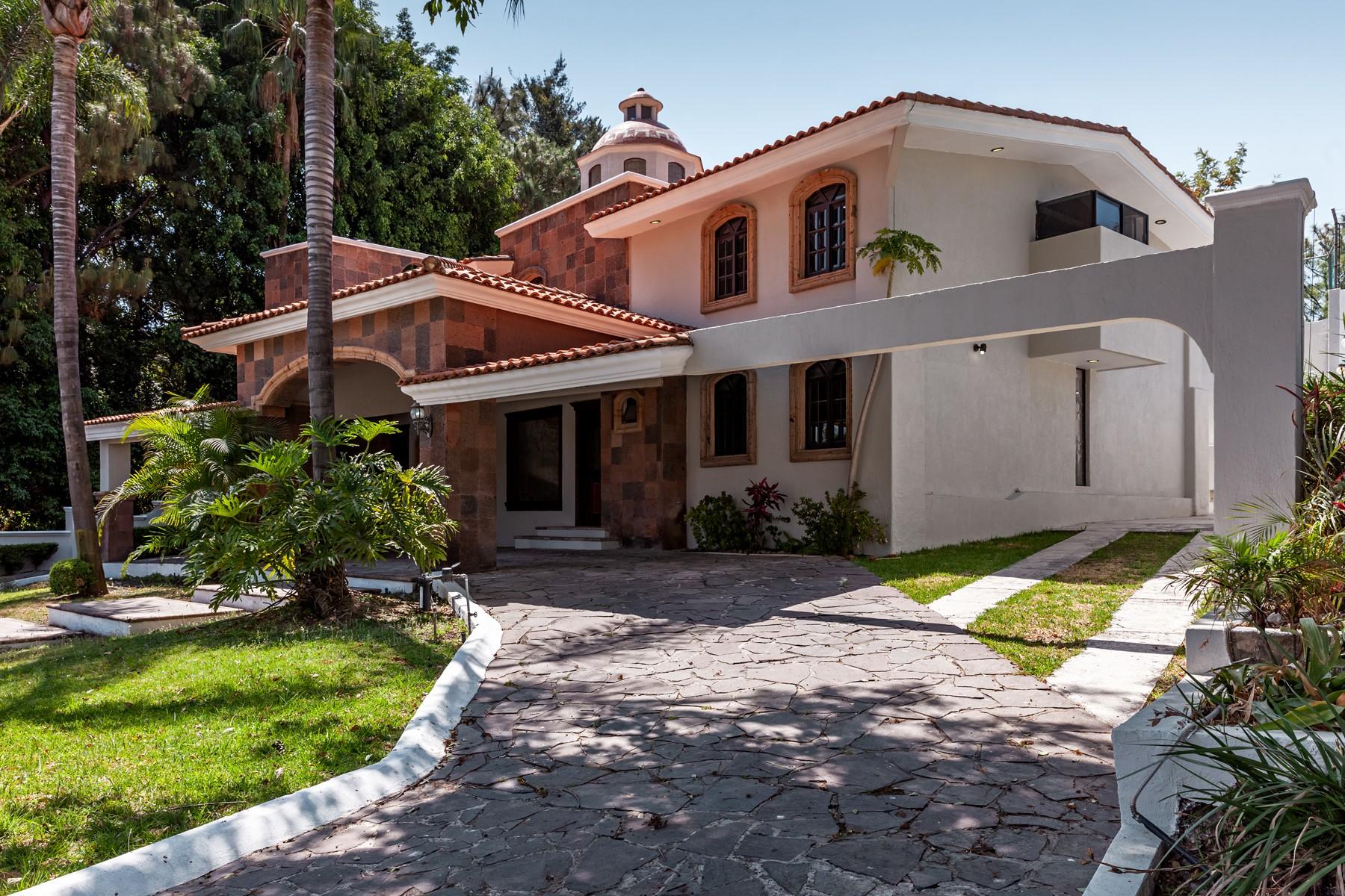 Single Family Homes 용 임대 에 Residencia Lomas del Bosque, Club Atlas Colomos, Zapopan Lomas del Bosque 25000 Guadalajara, Jalisco 45118 멕시코
