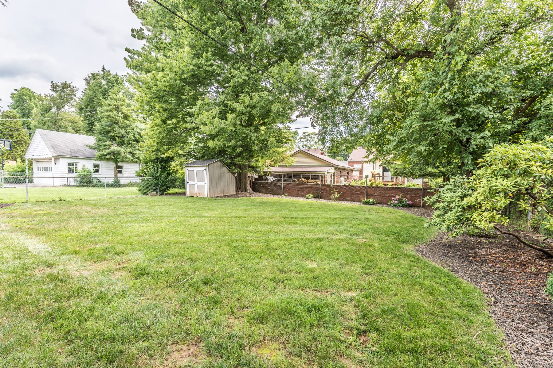 Additional photo for property listing at 221 Tyne Road  Louisville, Kentucky 40207 United States