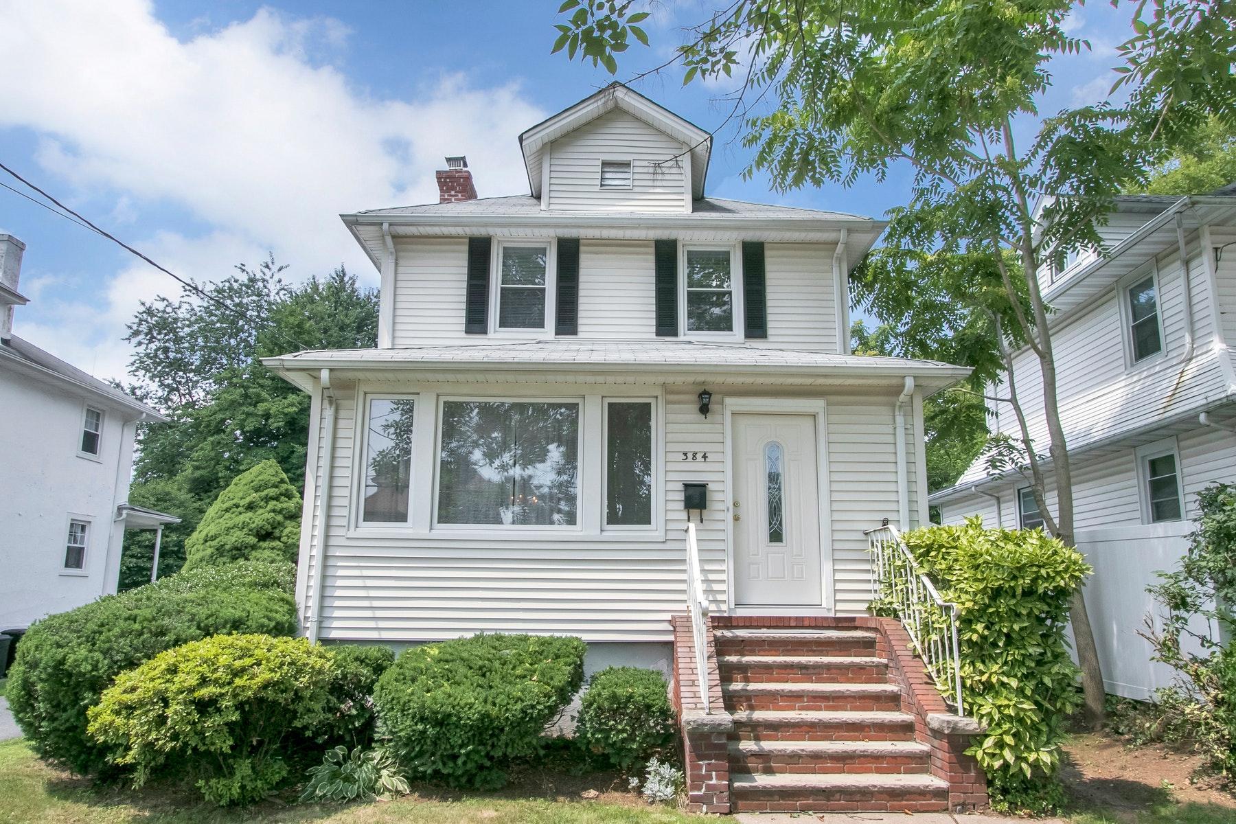 Частный односемейный дом для того Продажа на Gracious Colonial - Sale Pending 384 Elm Avenue, Bogota, Нью-Джерси 07603 Соединенные Штаты