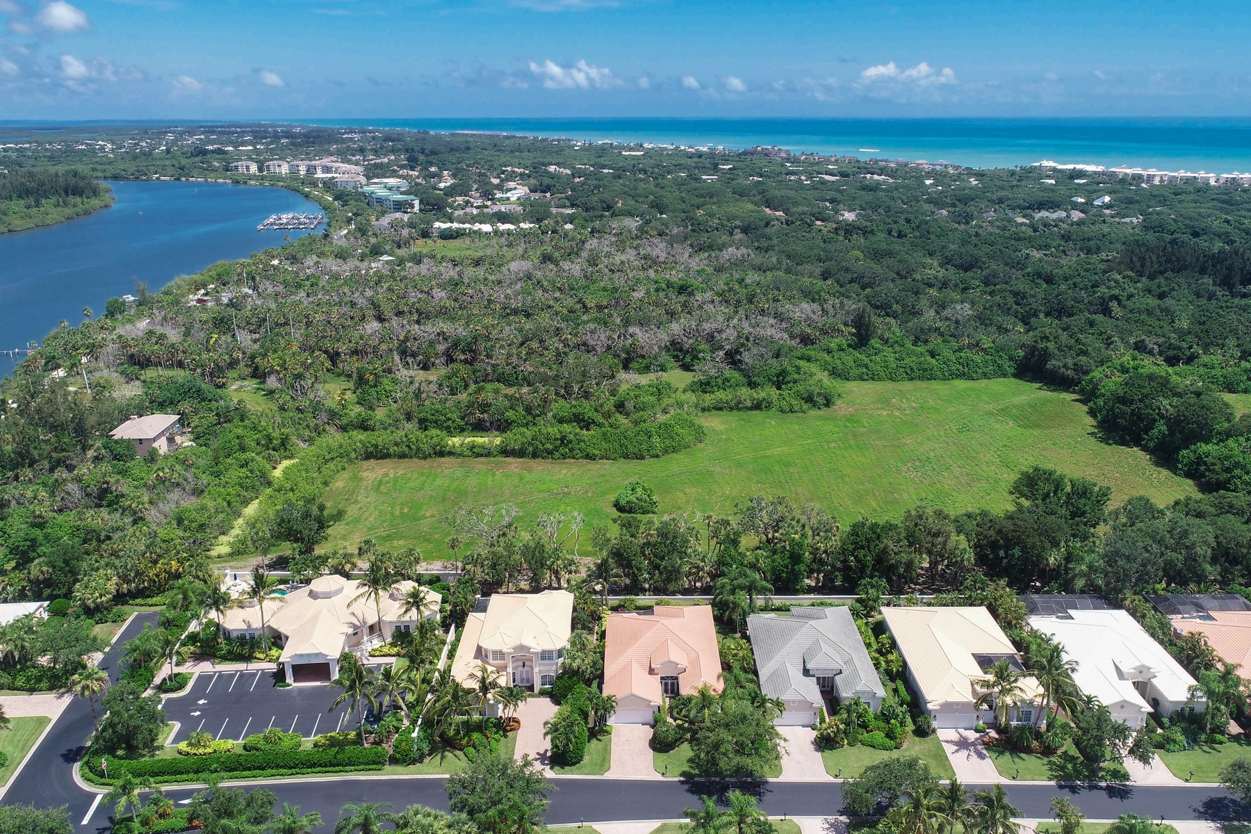 Single Family Homes для того Продажа на Picture Perfect Home in Island Club 1233 W Island Club Square Vero Beach, Флорида 32963 Соединенные Штаты