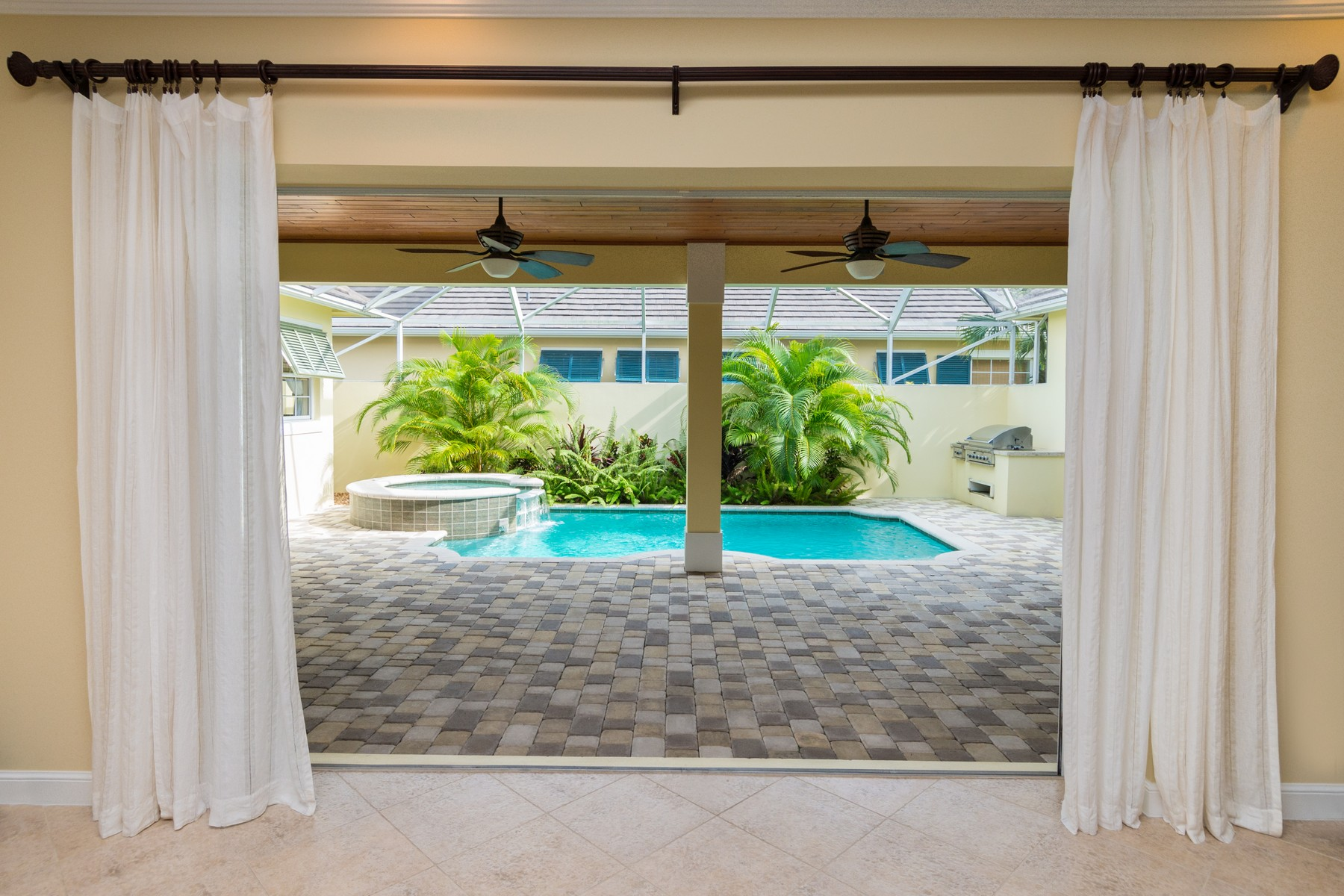 Additional photo for property listing at Seasons Courtyard Pool Home 2050 Autumn Lane Vero Beach, Florida 32963 United States