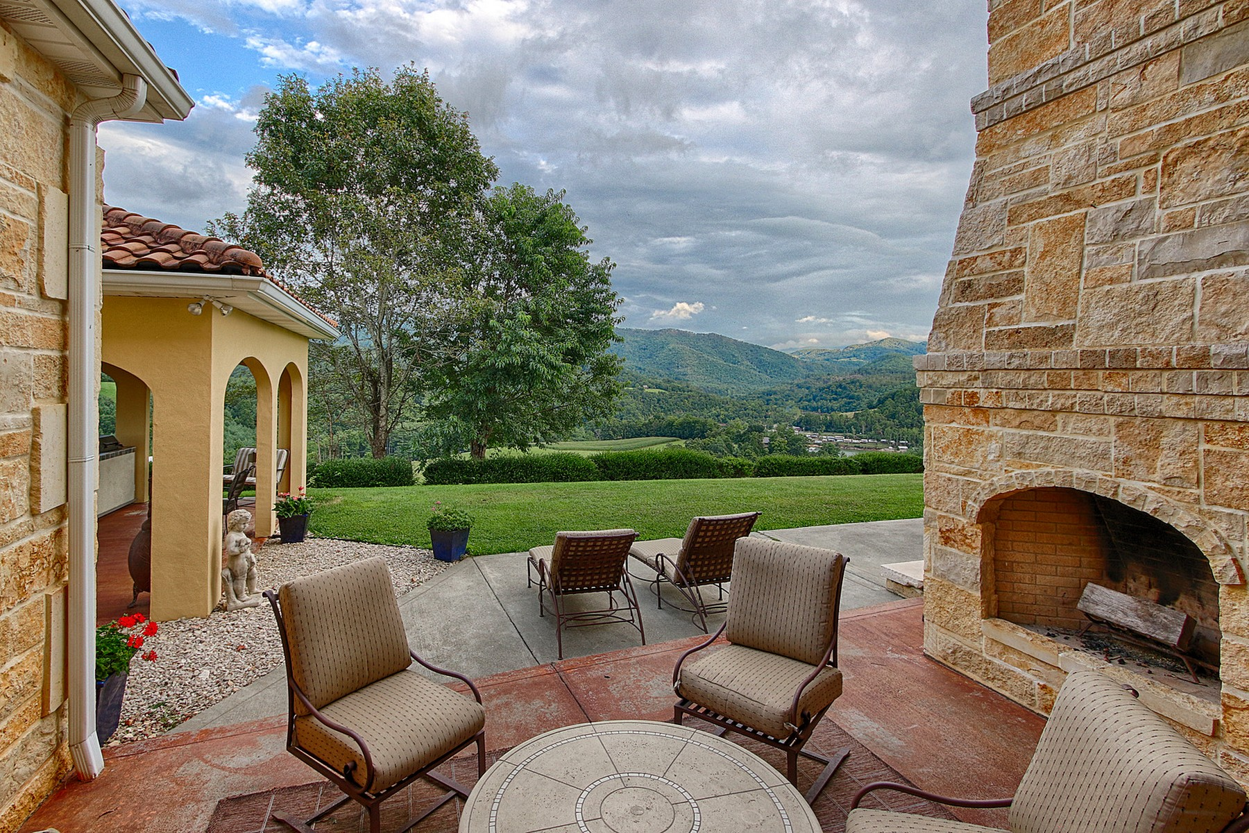 Additional photo for property listing at A Taste of Tuscany  Butler, Tennessee 37640 United States