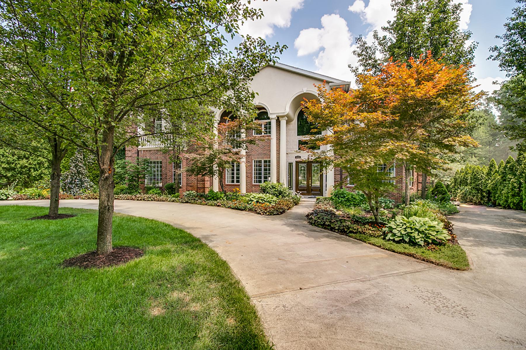 Single Family Homes 为 销售 在 Orchard Lake 3131 Erie Drive 明镜湖果园, 密歇根州 48324 美国