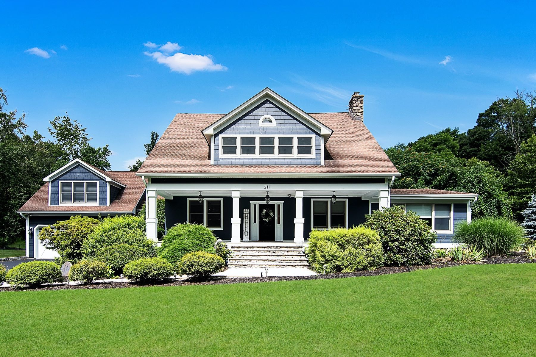 Single Family Homes 為 出售 在 Classic American Foursquare in West Nyack 211 Strawtown Road, West Nyack, 纽约 10994 美國