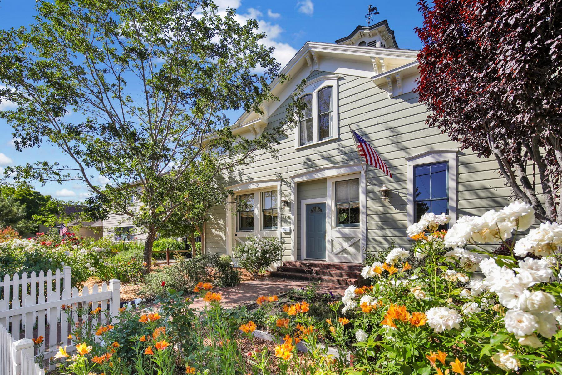Single Family Homes para Venda às Historic Petaluma Carriage House! 105 8th Street, Petaluma, Califórnia 94952 Estados Unidos