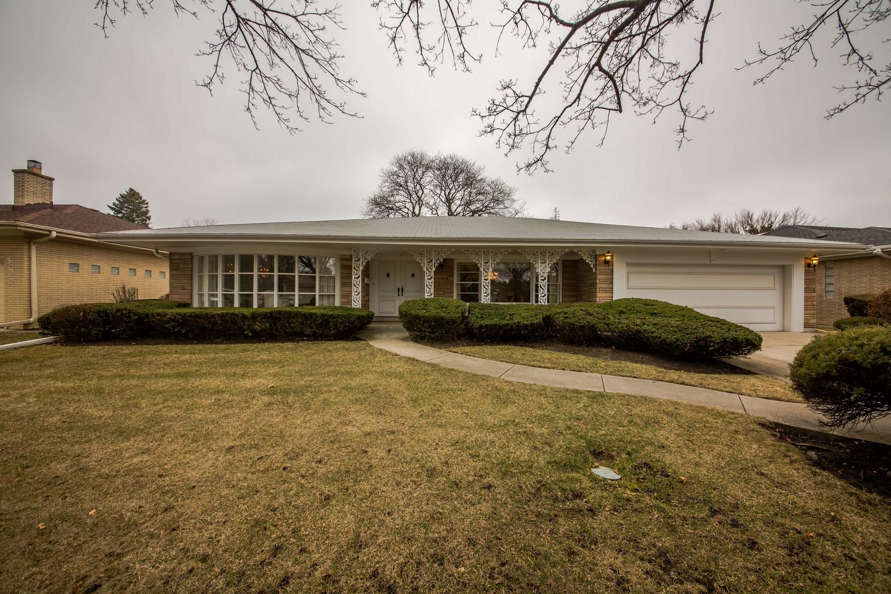 Maison unifamiliale pour l Vente à Lincolnwood Towers 6518 N Nokomis Avenue Lincolnwood, Illinois, 60712 États-Unis