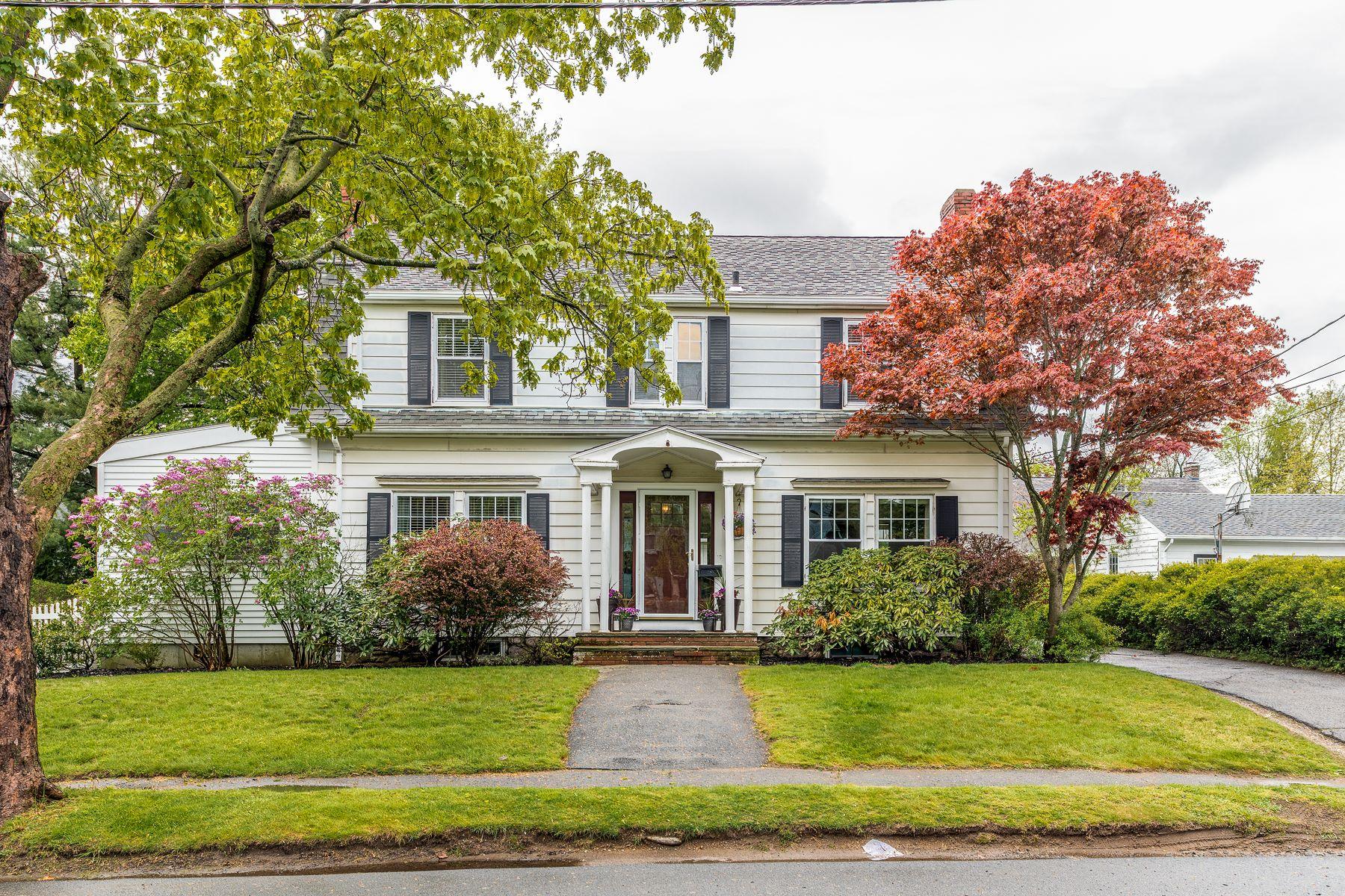 Maison unifamiliale pour l Vente à Gracious Colonial 15 Clifton Avenue Marblehead, Massachusetts, 01945 États-Unis