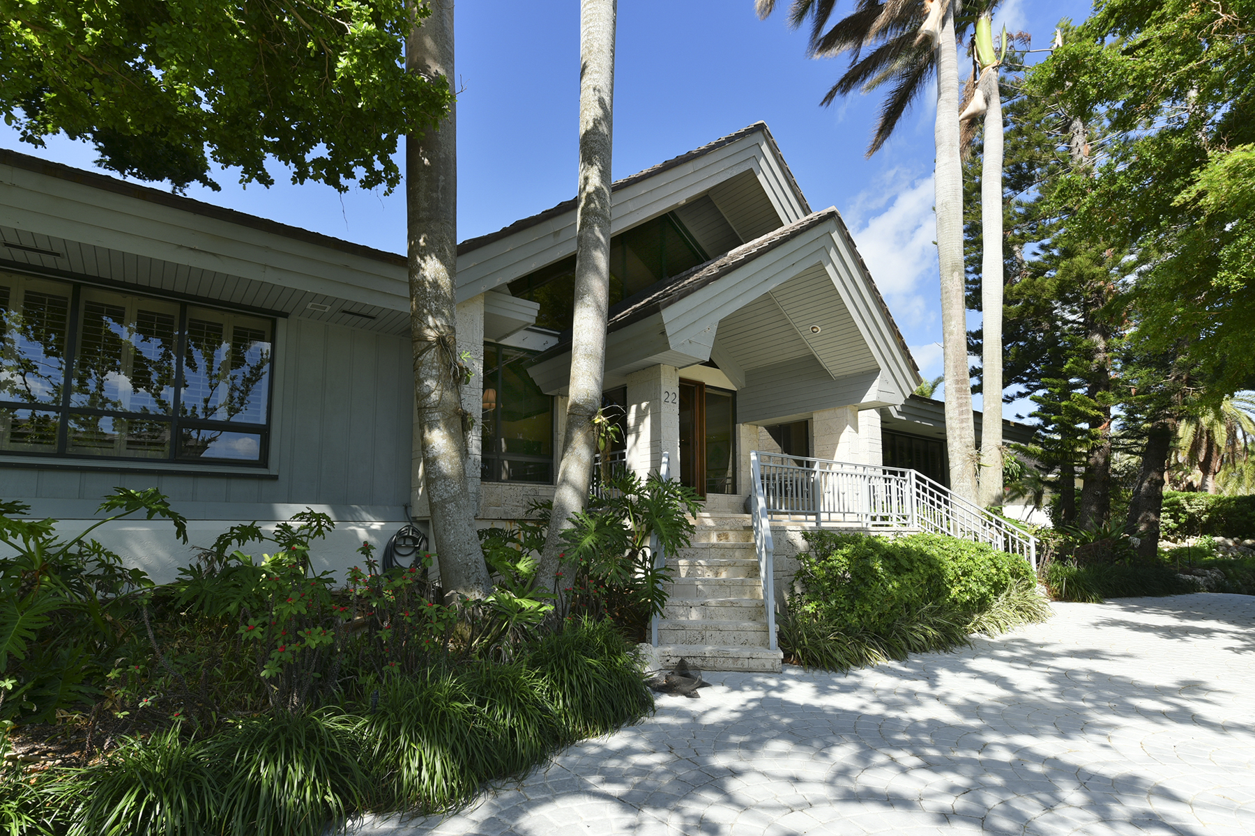Maison unifamiliale pour l Vente à Spacious Waterfront Home at Ocean Reef 22 Sunrise Cay Drive Key Largo, Florida 33037 États-Unis