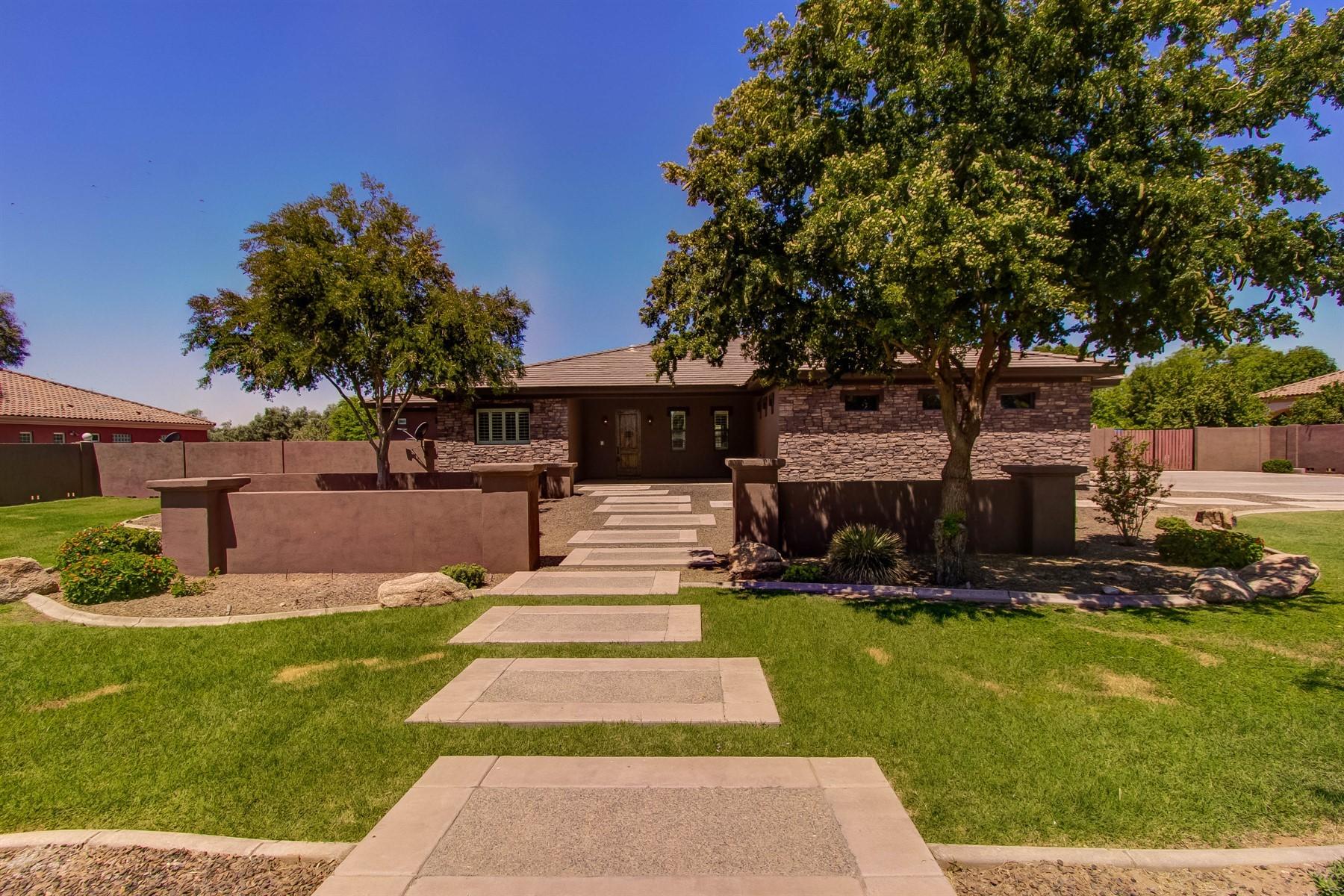 Single Family Homes por un Venta en Lovely Semi-Custom Home With Views 6136 N 171ST LN Waddell, Arizona 85355 Estados Unidos