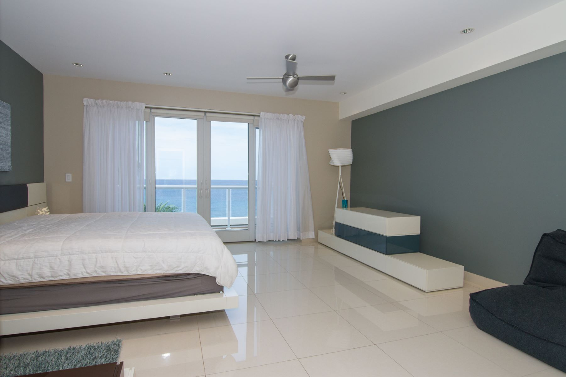 Additional photo for property listing at SeaView Residences George Town, Gran Caimán Islas Caimán