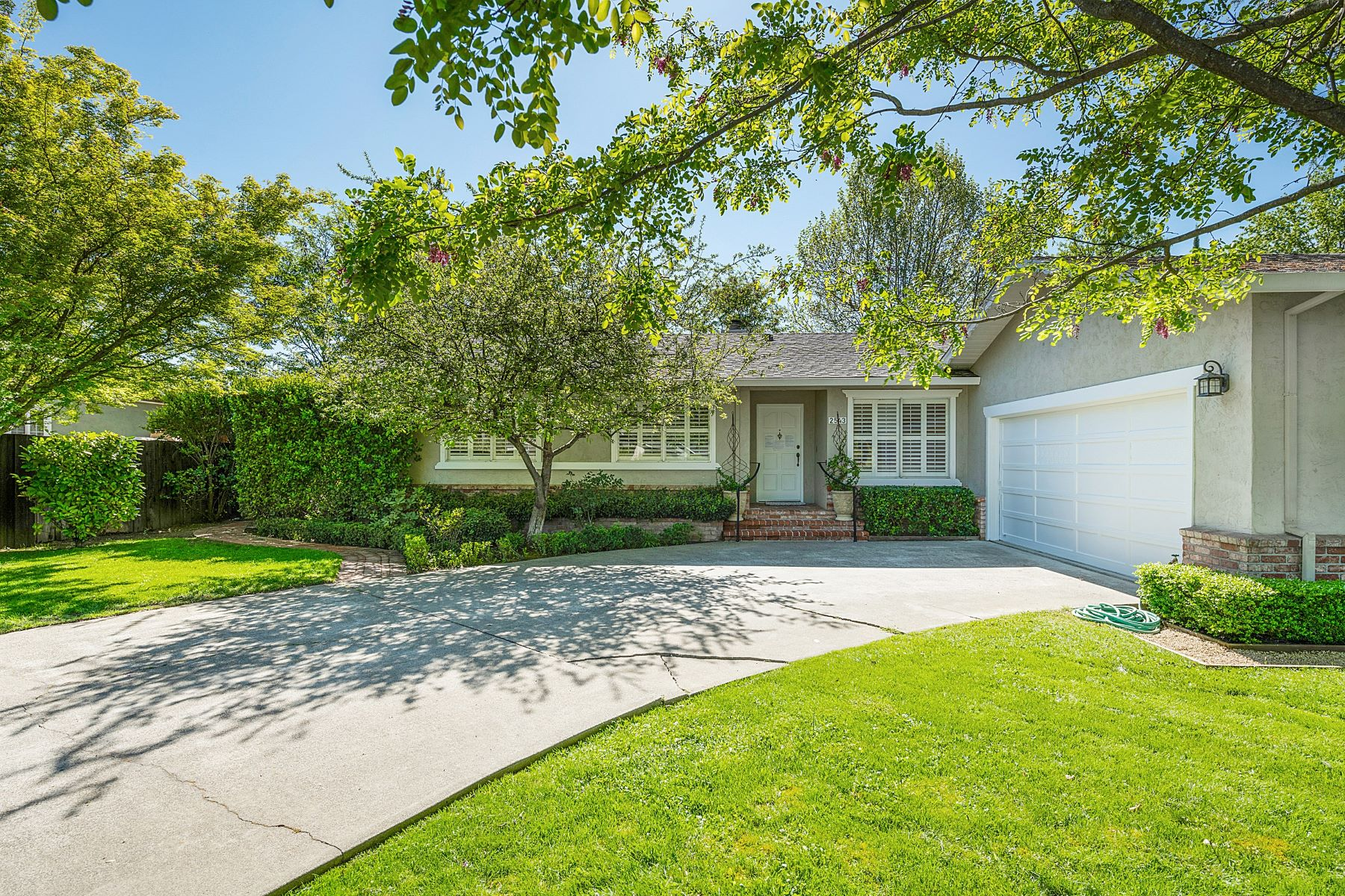 Single Family Homes for Active at Sun-filled Home with Private Gardens 2543 Pinot Way St. Helena, California 94574 United States