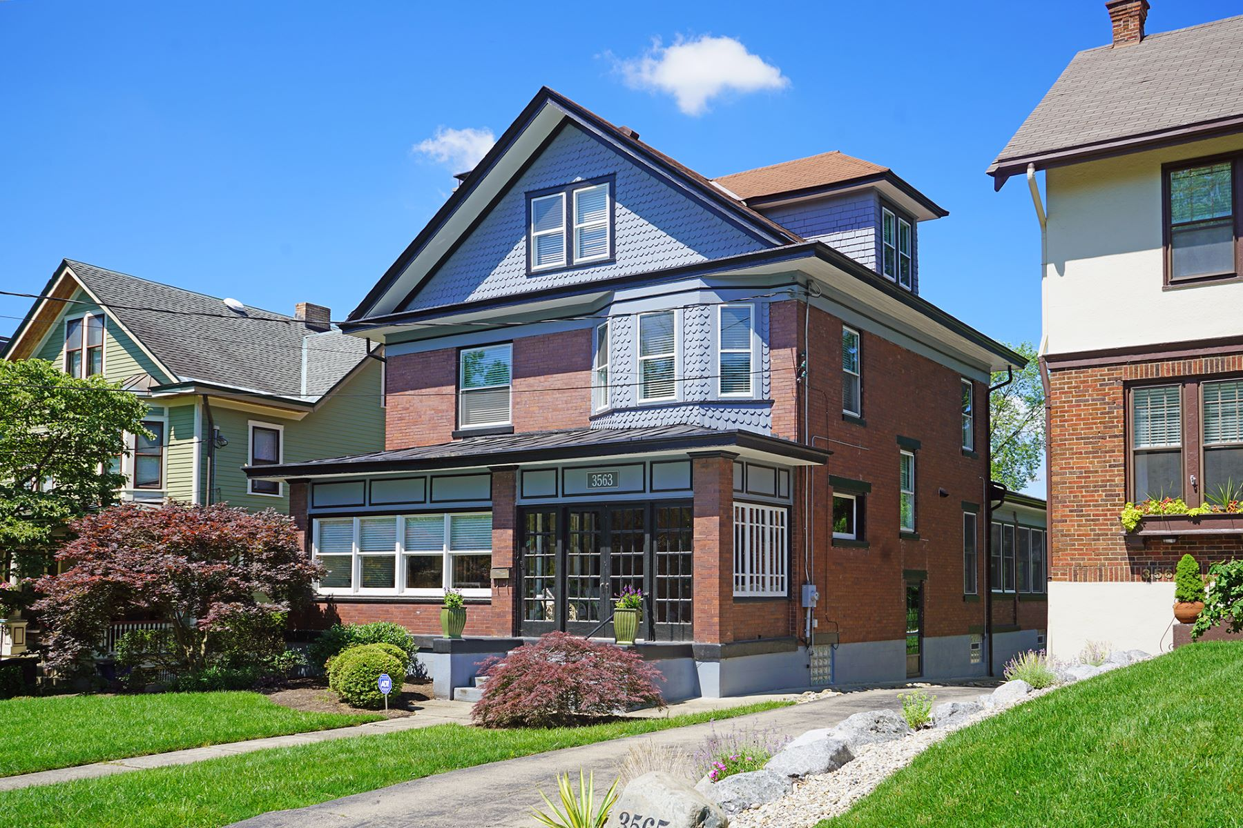 Single Family Homes 为 销售 在 Tempting Transitional Style Home, Two Blocks From Hyde Park Square 3563 Shaw Avenue 辛辛那提, 俄亥俄州 45208 美国