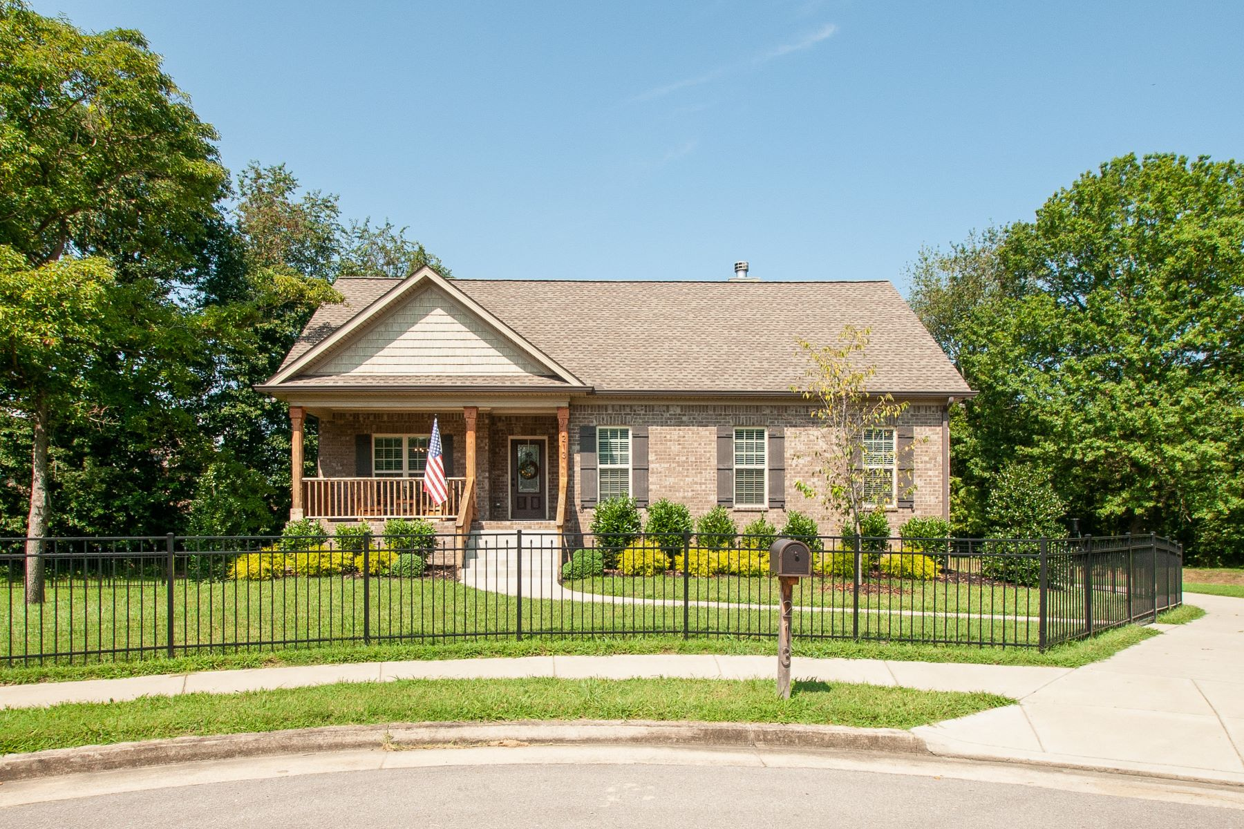 Single Family Homes 为 销售 在 Adorable All Brick Home Minutes From Hickory Lake 213 Warren Court Old Hickory, 田纳西州 37138 美国