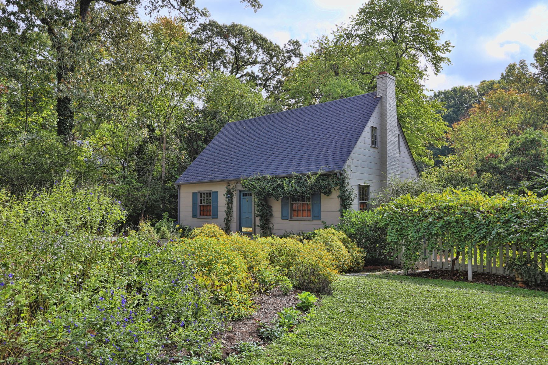 단독 가정 주택 용 매매 에 Charming Cottage Close to UNC Campus 305 West University Drive, Chapel Hill, 노스캐놀라이나, 27516 미국에서/약: Cary, Raleigh, Durham