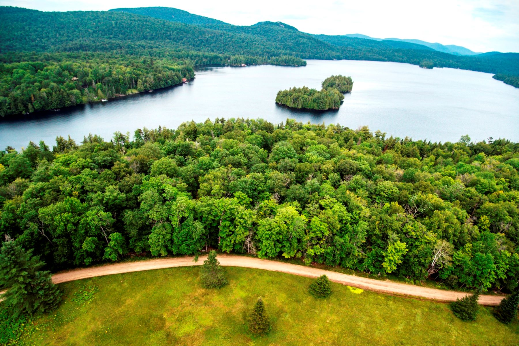 Terreno por un Venta en 6+ acre building lot on coveted Eagle Nest Area Eagle Nest Road Blue Mountain Lake, Nueva York 12812 Estados Unidos