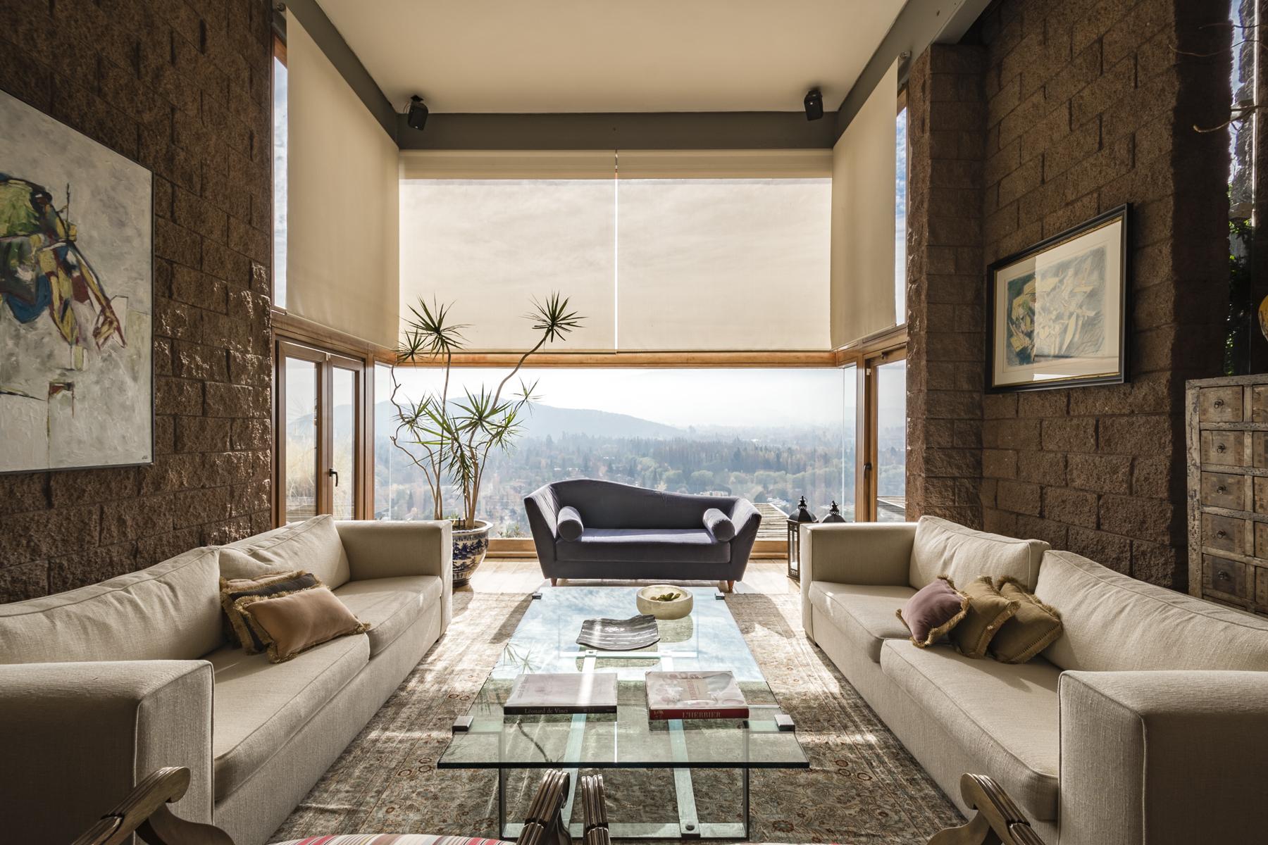Casa Unifamiliar por un Venta en Hermosa propiedad, Moderna, con vistas inigualables Santiago, Region Metropolitana De Santiago, Chile