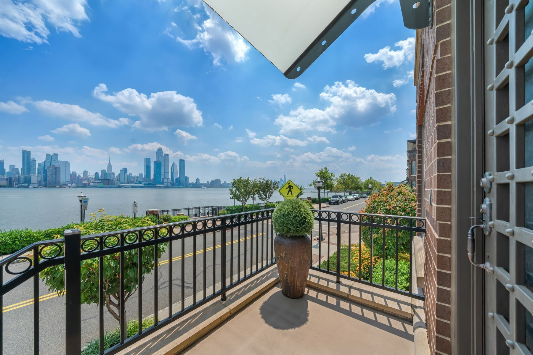 Condominiums para Venda às World class luxury awaits 8 Henley Place, Weehawken, Nova Jersey 07086 Estados Unidos