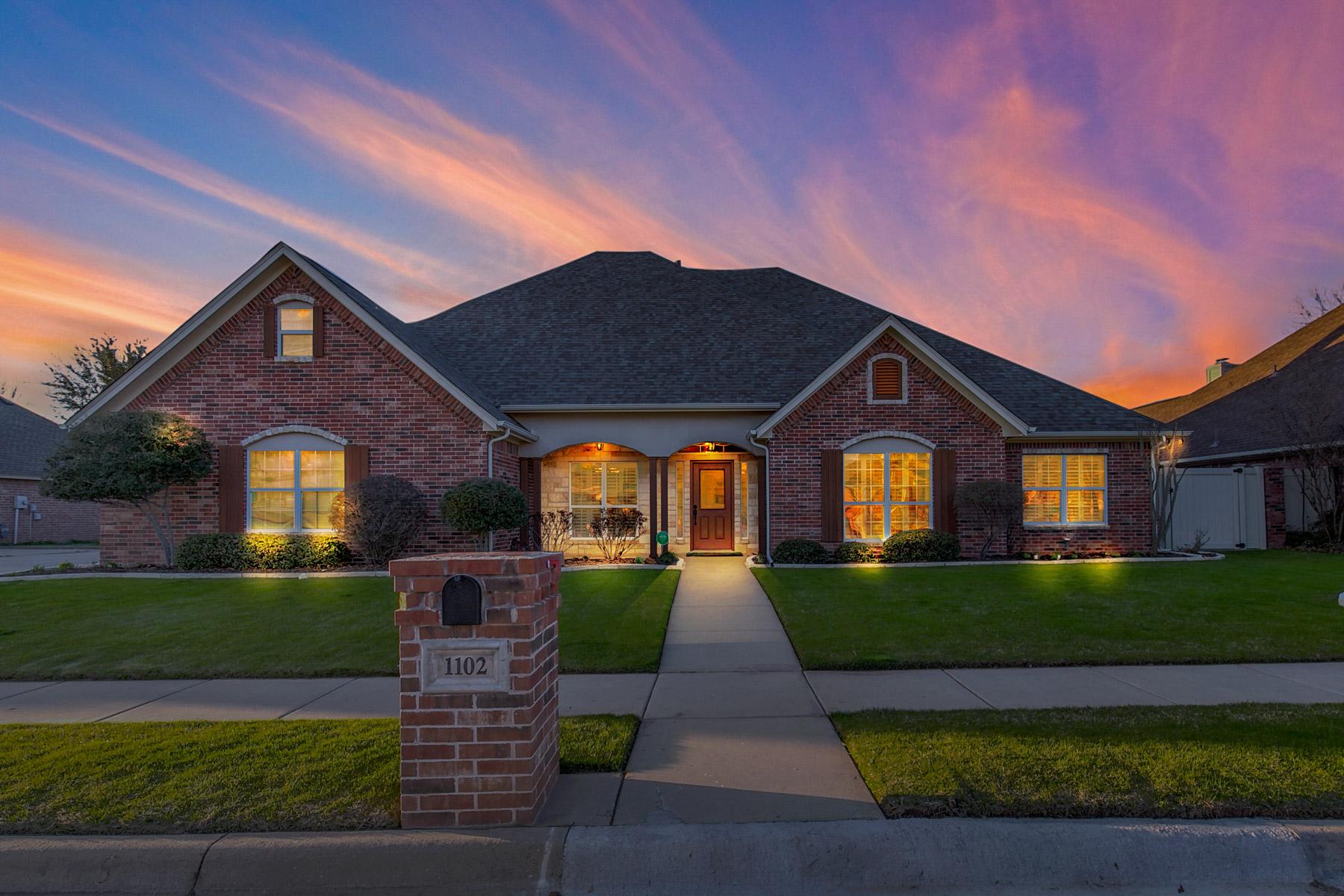 Частный односемейный дом для того Продажа на 1102 Cliff Swallow Dr. 1102 Cliff Swallow Drive, Granbury, Техас, 76048 Соединенные Штаты