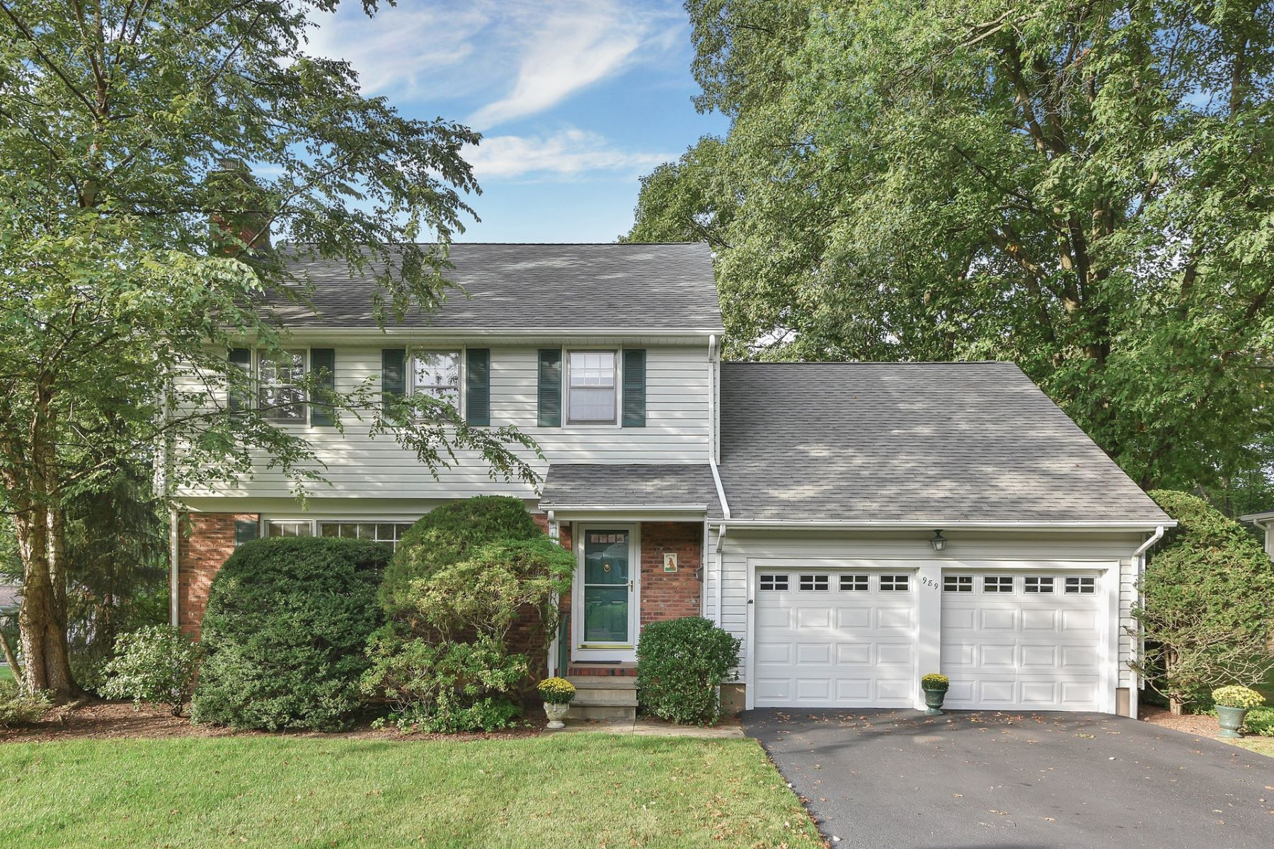 Single Family Home for Sale at A Meticulous Four Bedroom Reynen Built Colonial. 989 Hillcrest Road, Ridgewood, New Jersey 07450 United States
