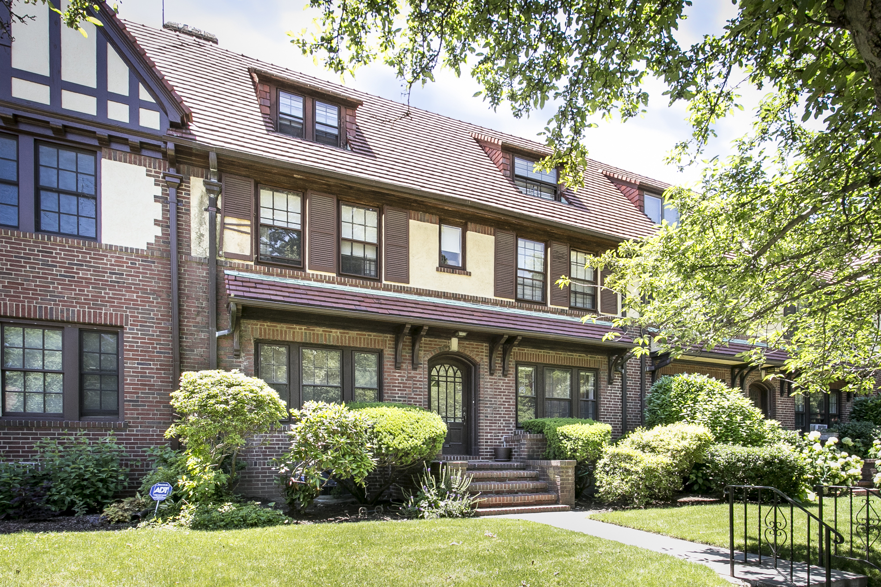 """Casa Multifamiliar por un Alquiler en 3 BEDROOM WITH PARK VIEWS"""" Forest Hills, Nueva York 11375 Estados Unidos"""
