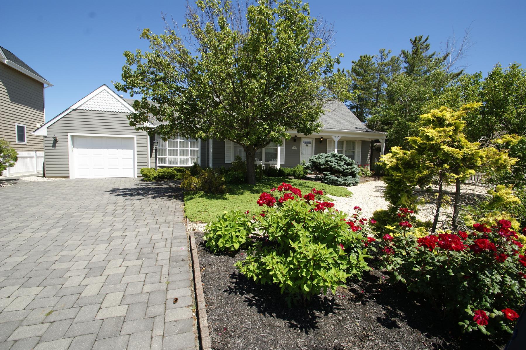 Maison unifamiliale pour l Vente à Beautifully Redone Waterfront Cape 224 Buccaneer Way Mantoloking, New Jersey 08738 États-Unis