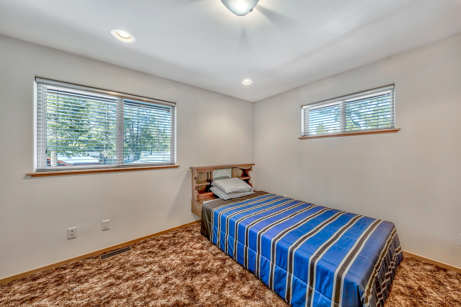 Additional photo for property listing at 1763 Arrowhead Ave, South Lake Tahoe, Ca 96150 1763 Arrowhead Ave. South Lake Tahoe, California 96150 United States