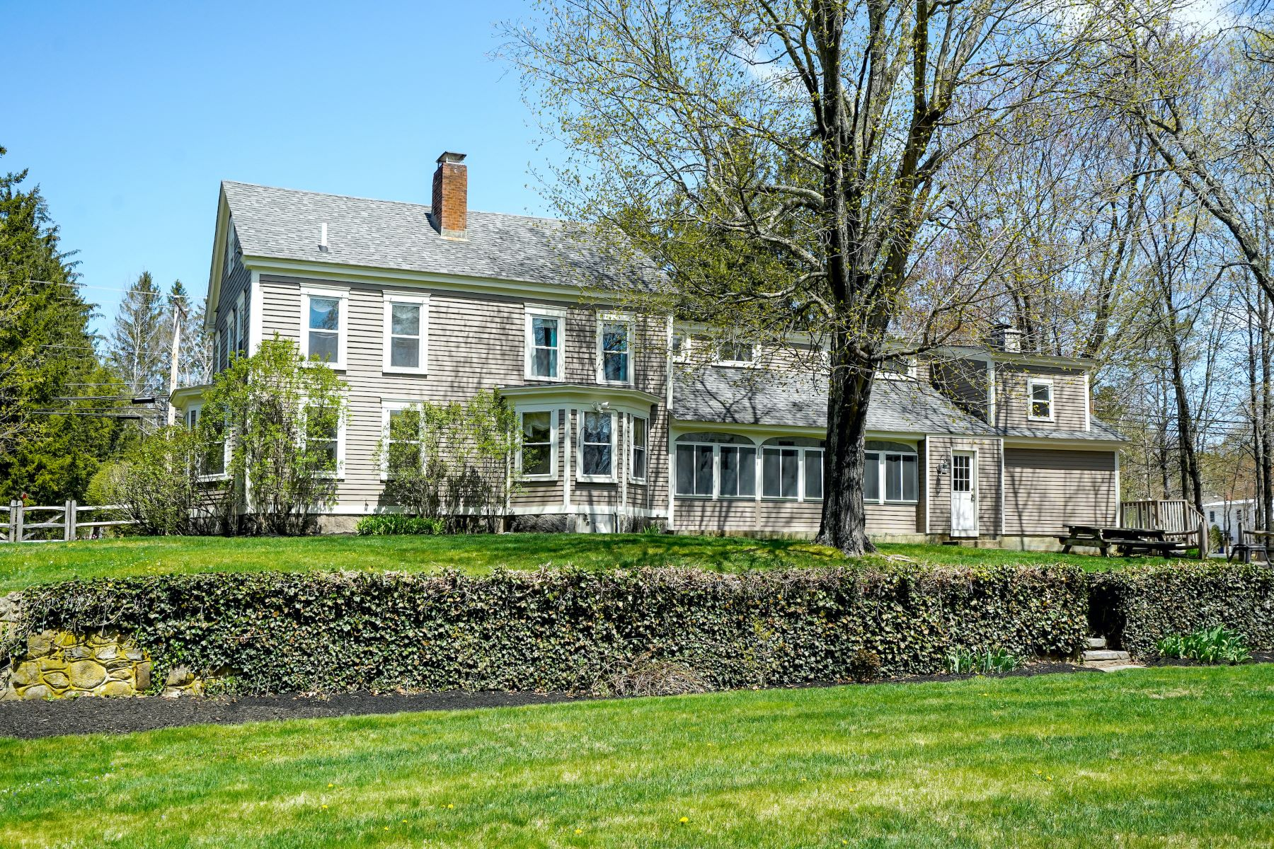 Single Family Homes 为 销售 在 Charming Antique Colonial with In-Law 52 N Amherst Road Bedford, 新罕布什尔州 03110 美国