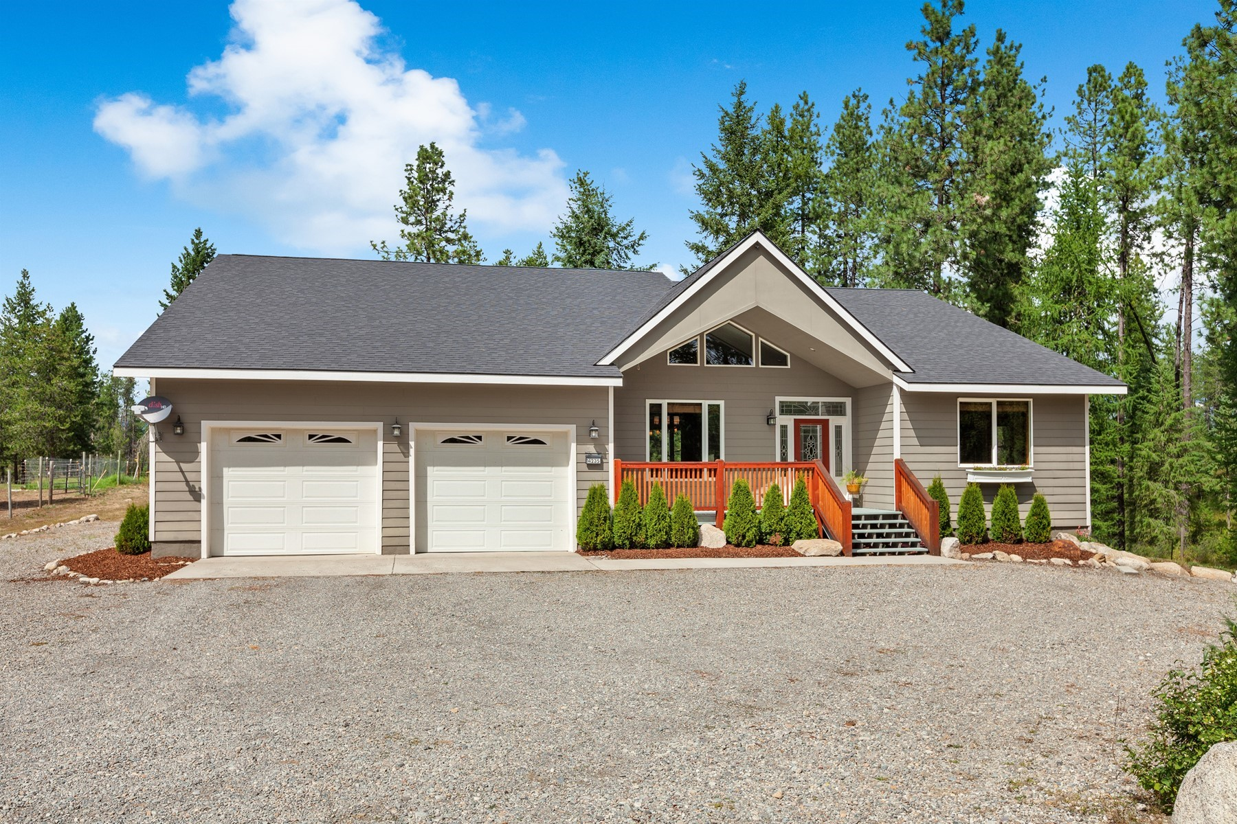 Single Family Homes pour l Vente à Spectacular Home On Acreage 14235 W Coeurdalene Dr Spirit Lake, Idaho 83869 États-Unis