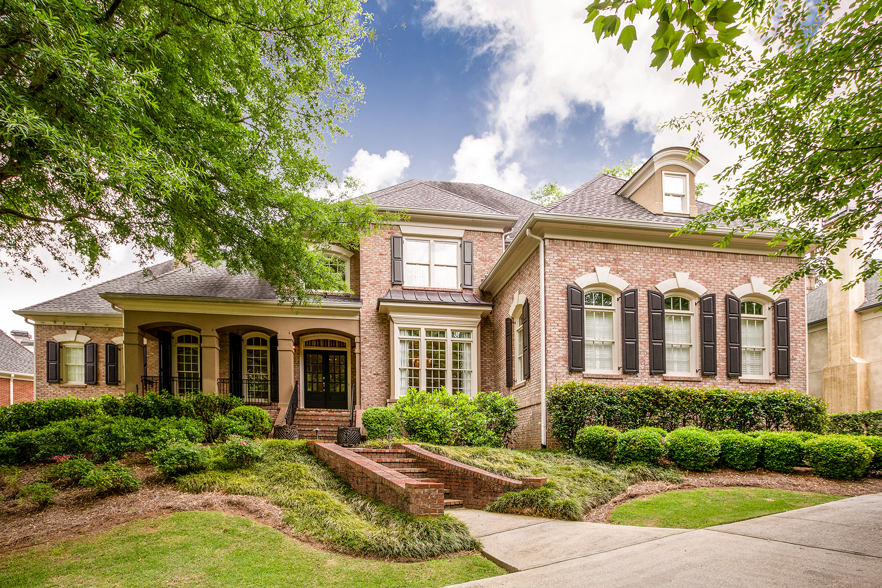 Single Family Homes voor Verkoop op Custom Brick Home In Gated Winfield 310 Marshy Pointe, Johns Creek, Georgië 30097 Verenigde Staten