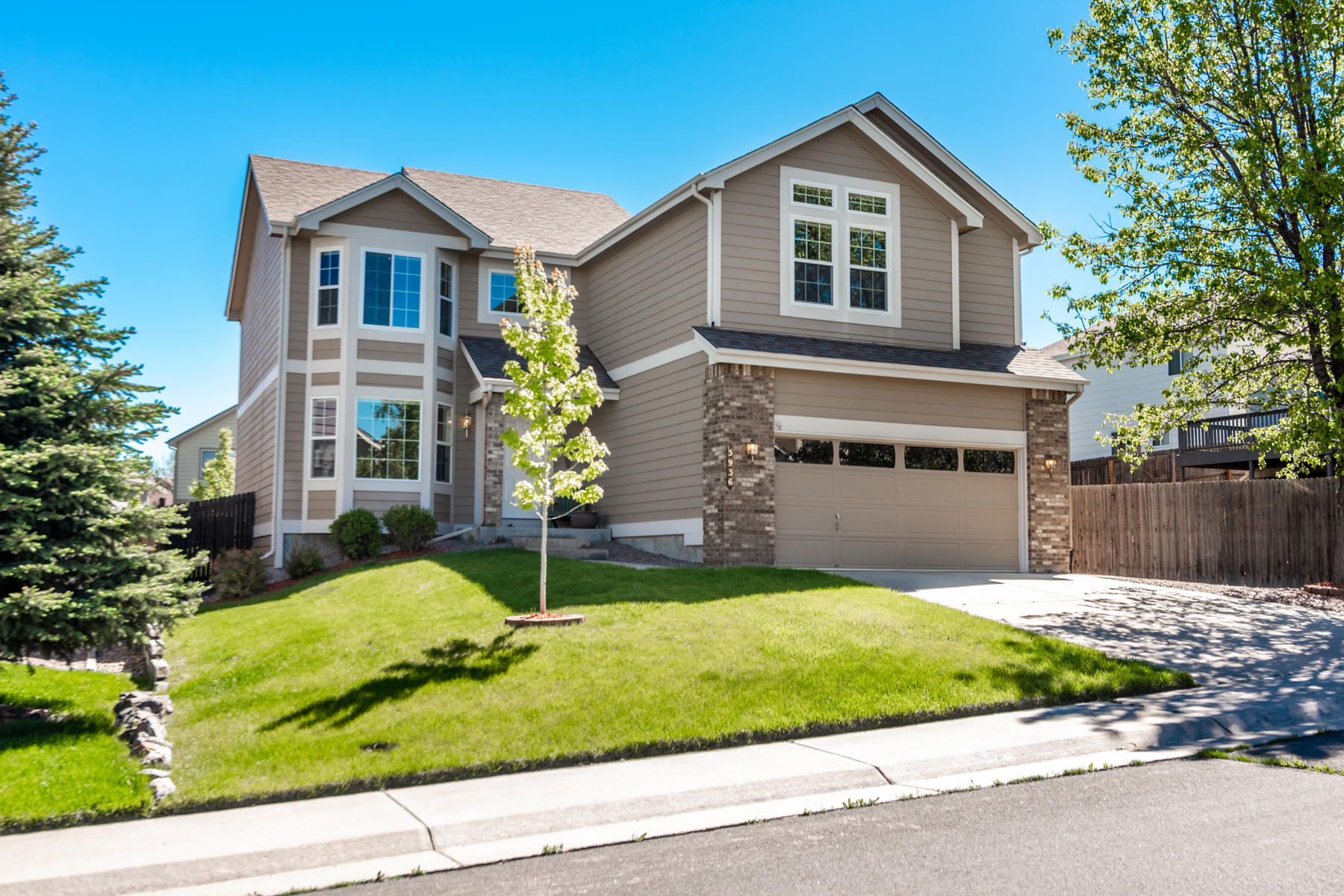 Single Family Homes for Sale at Immaculate & filled with natural light, in desirable Saddle Rock Ridge! 5936 S Valdai Way Aurora, Colorado 80015 United States