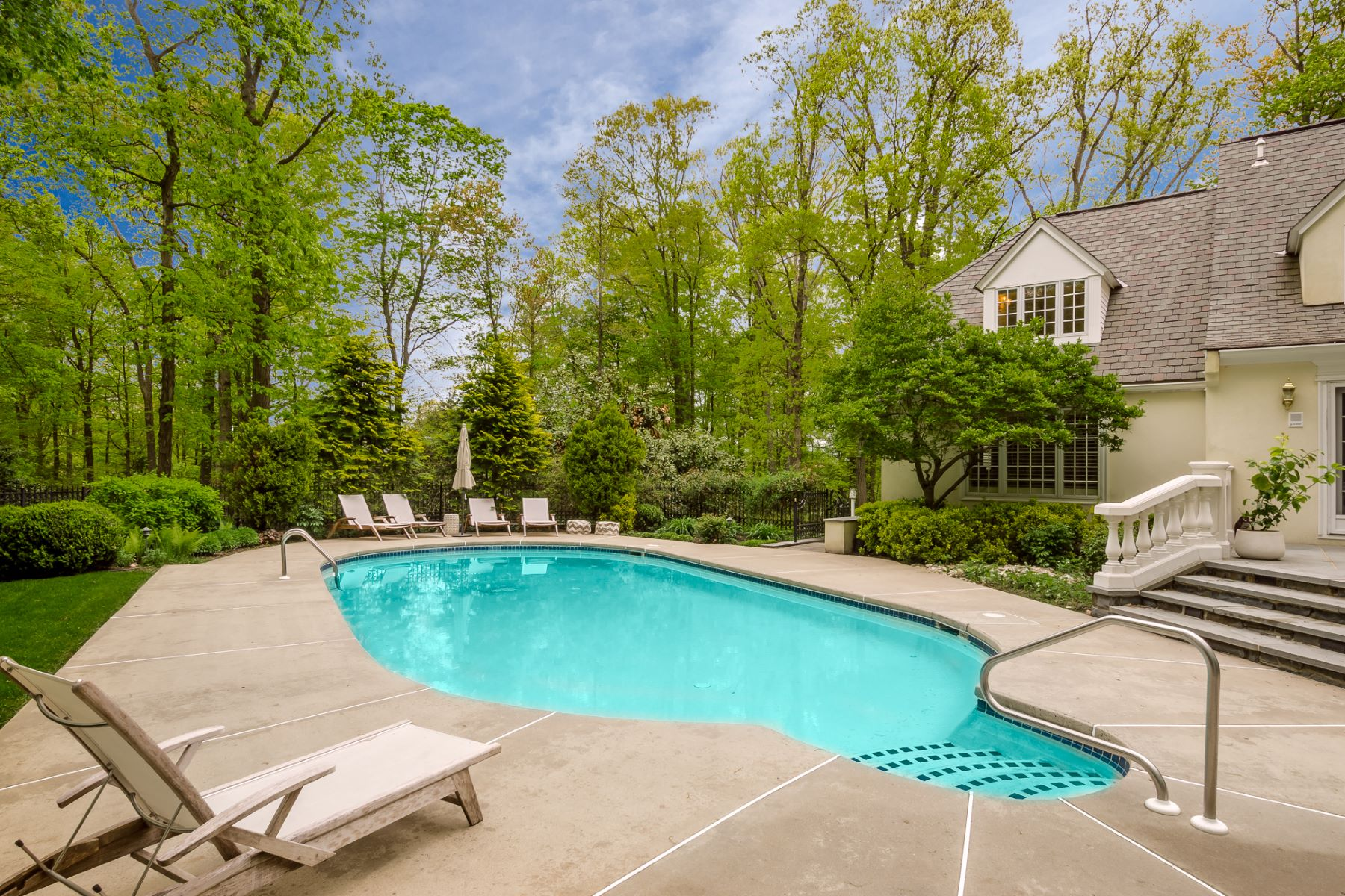 Additional photo for property listing at William Thompson-Designed Home Upends Expectations 141 Rolling Hill Road, Skillman, New Jersey 08558 United States