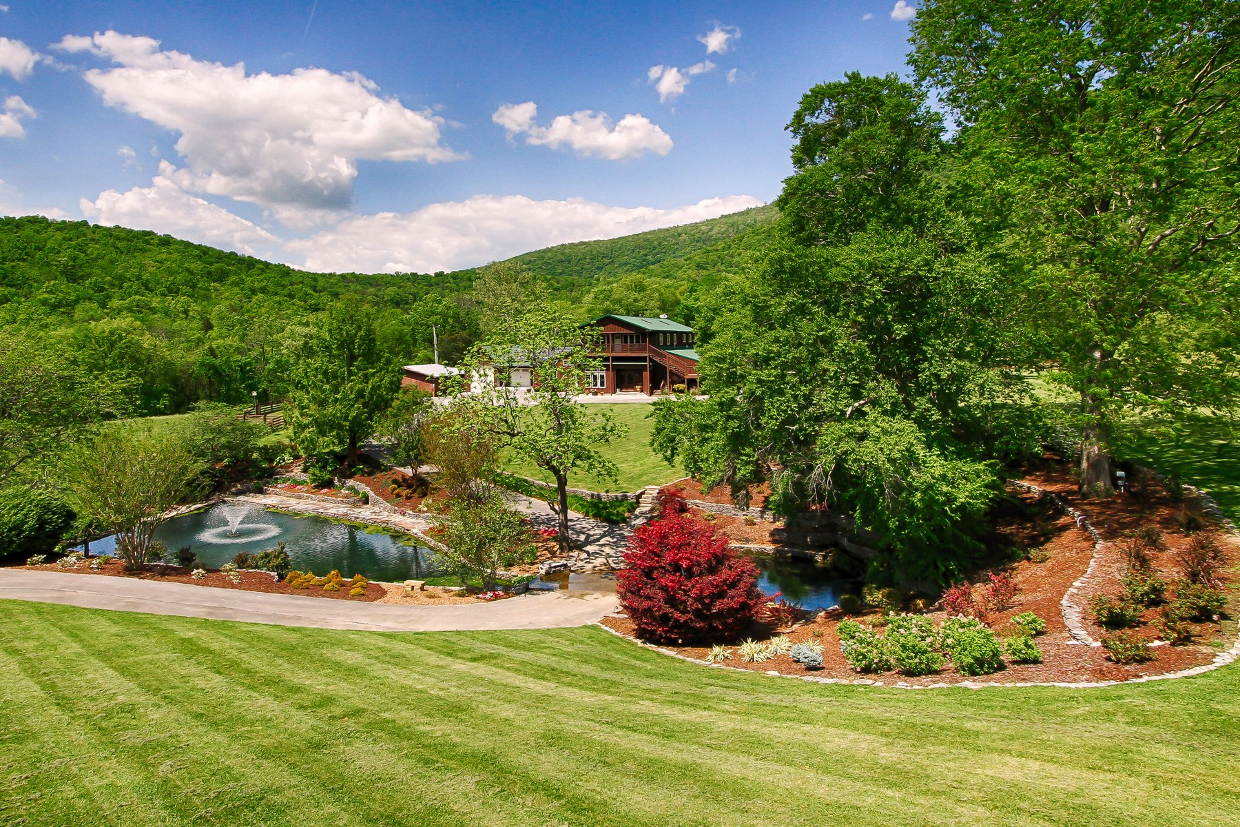 Single Family Homes por un Venta en Spring Tree Farms - An Idyllic 95 Acre Estate 979 Wilson Cemetery Road Pikeville, Tennessee 37367 Estados Unidos