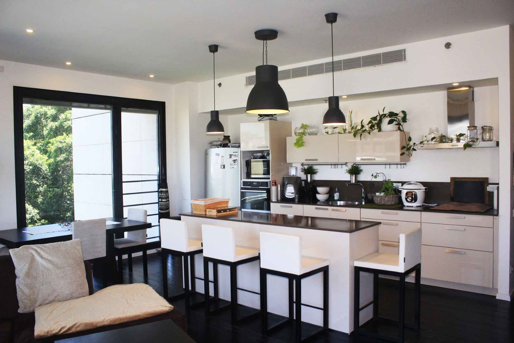 Additional photo for property listing at Inviting Designer Apartment at the Mediterranean Seaside Tel Aviv, Israel Israel