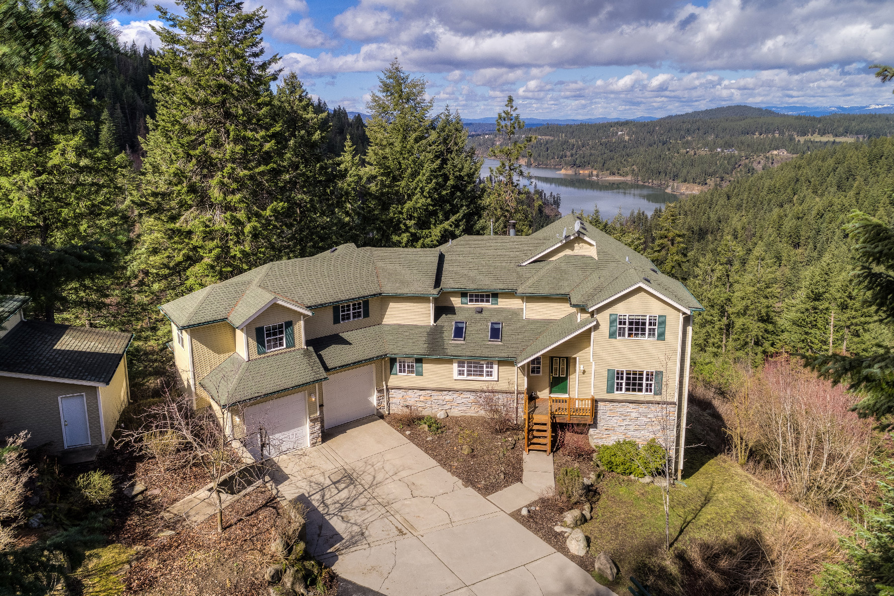 Single Family Homes のために 売買 アット Private Sanctuary on 10 acres 1813 E Winding Trail Ln, Coeur D Alene, アイダホ 83814 アメリカ