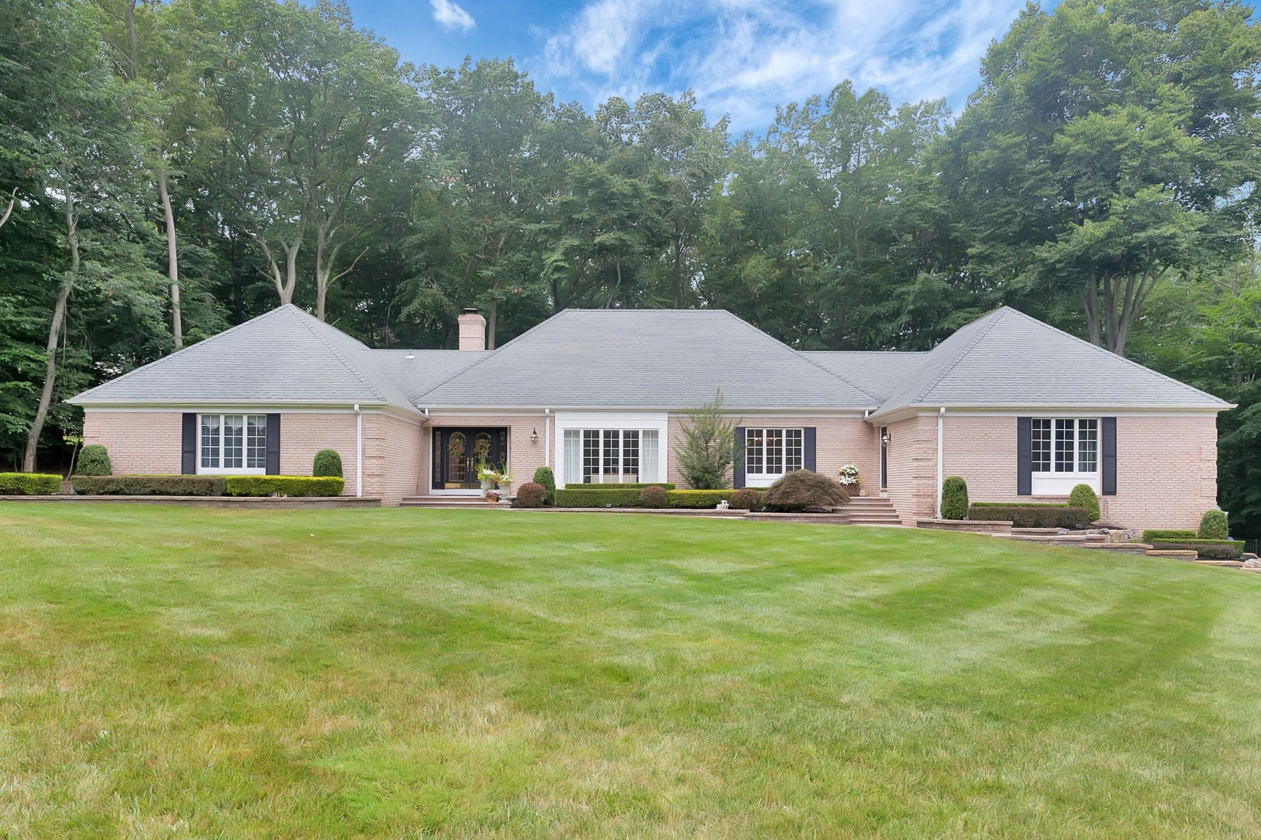 Maison unifamiliale pour l Vente à Gorgeous Stately Ranch 16 Deep Wood Lane Colts Neck, New Jersey, 07722 États-Unis