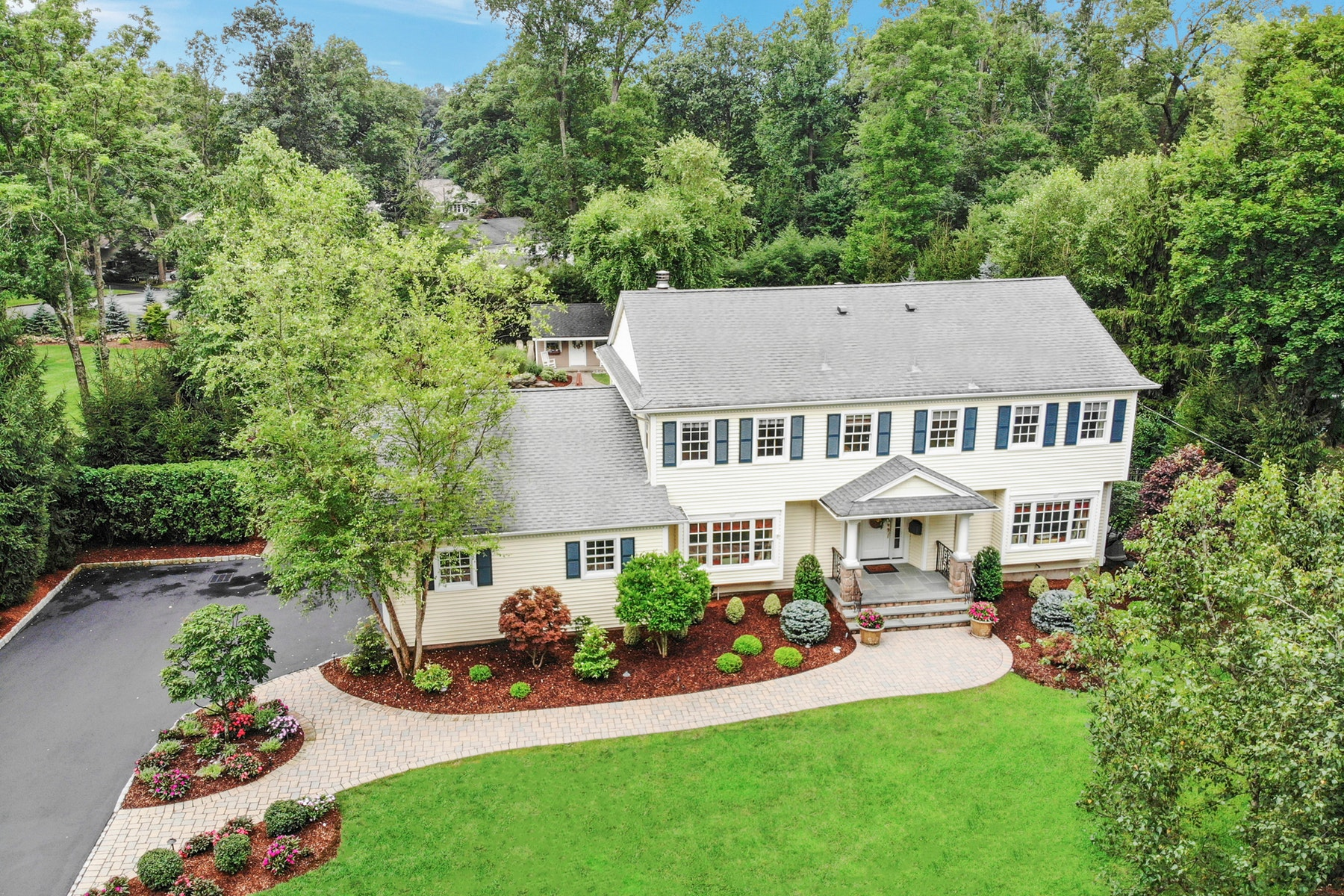Single Family Homes للـ Sale في Pristine Colonial in Premier Location 22 Colonial Drive, Allendale, New Jersey 07401 United States