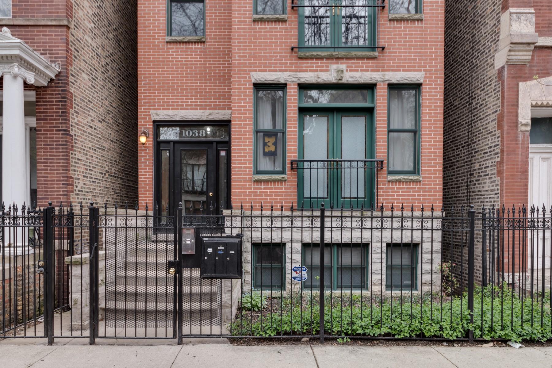 Condominio por un Venta en Take Advantage of the Views from this Penthouse Duplex 1038 N. Marshfield Avenue, Unit 3 Chicago, Illinois, 60622 Estados Unidos