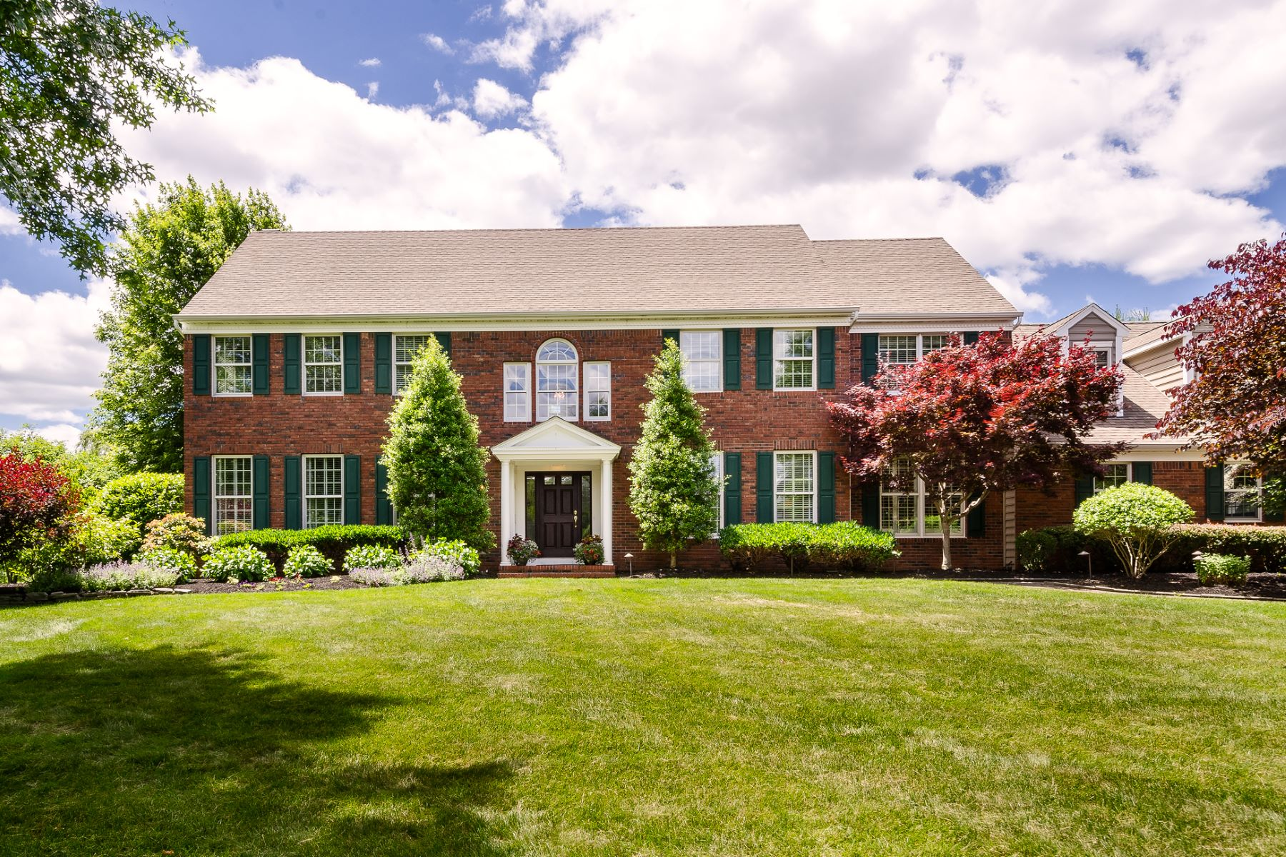 Casa Unifamiliar por un Venta en Regal Colonial with Beautiful Backyard Views 23 Parkview Road, Cranbury, Nueva Jersey 08512 Estados UnidosEn/Alrededor: Cranbury Township