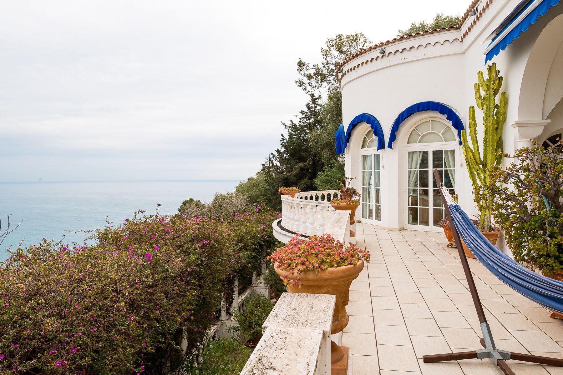 Villa per Vendita alle ore Incantevole Villa con piscina a sfioro fronte mare Corso Montecarlo Ventimiglia, Imperia 18039 Italia