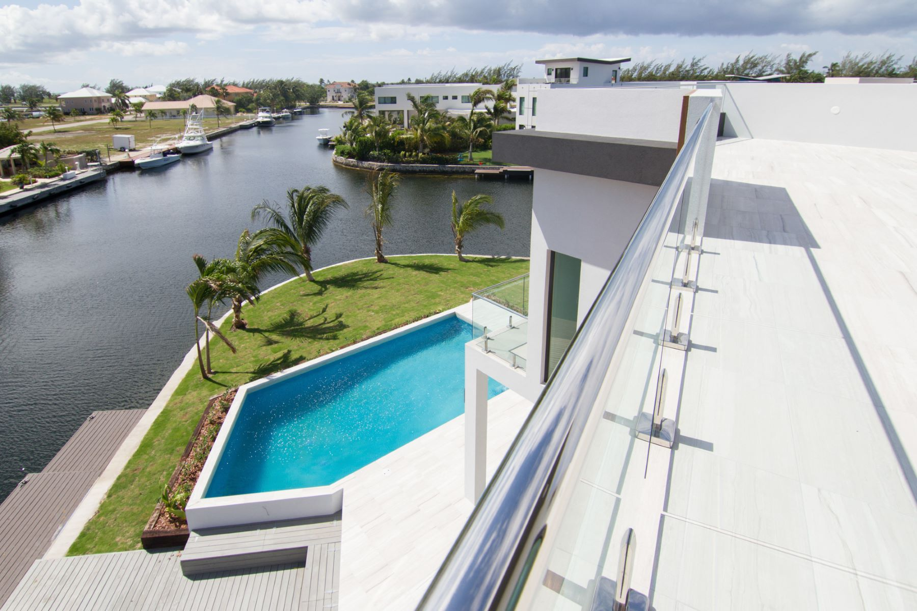 Additional photo for property listing at HQ Contemporary Crystal Harbour Home Crystal Harbour, Gran Caimán Islas Caimán