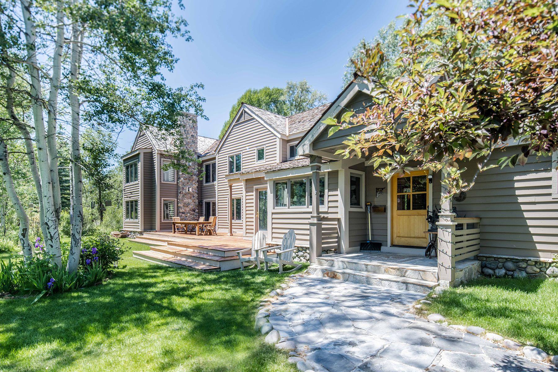 Single Family Homes pour l Vente à Four BR House + Three BR Guest House in John Dodge 2875 W Stonecrop Road, Wilson, Wyoming 83014 États-Unis