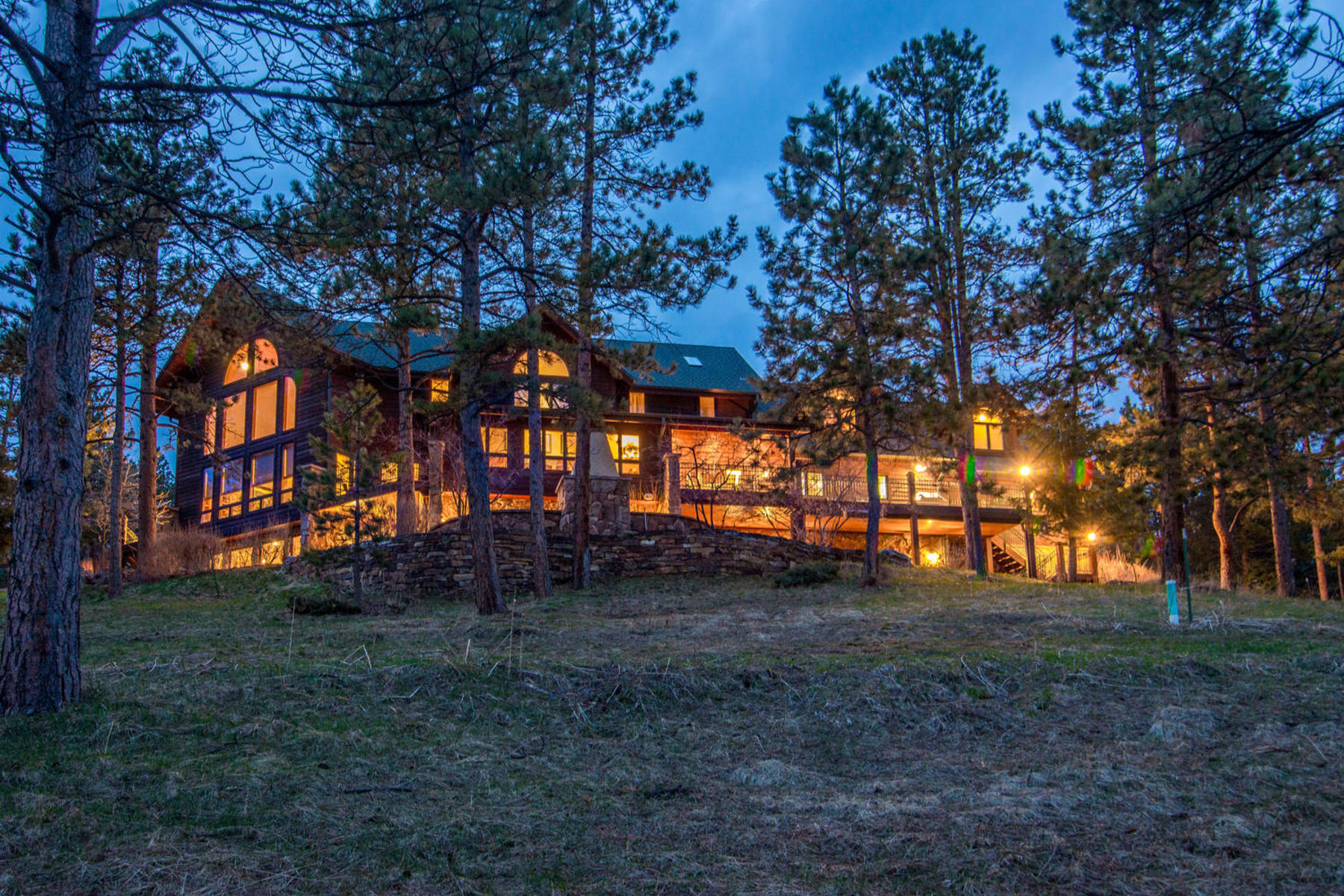 Casa Unifamiliar por un Venta en Majestic Estate Nestled on 42.42 Acres 28775 Cragmont Drive Evergreen, Colorado 80439 Estados Unidos