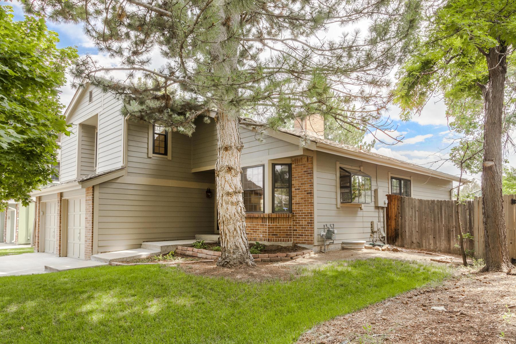 Maison unifamiliale pour l Vente à Updated, Bright, And Impeccably Well-Maintained, This Meadowglen Home Is A Gem 8952 West 81st Lane Arvada, Colorado, 80005 États-Unis