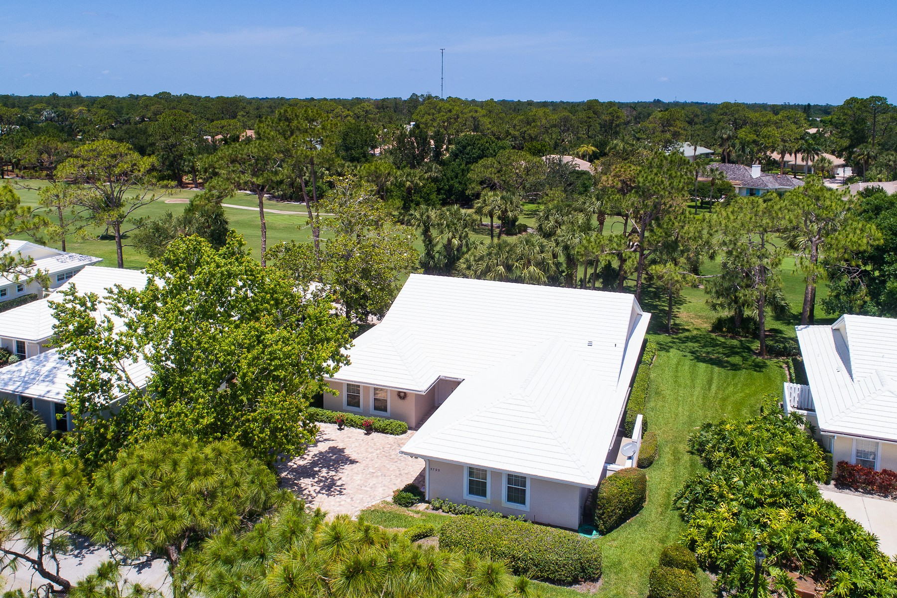 Casa Unifamiliar por un Venta en Spacious Villa Overlooking Golf Course 5795 Magnolia Lane Vero Beach, Florida 32967 Estados Unidos