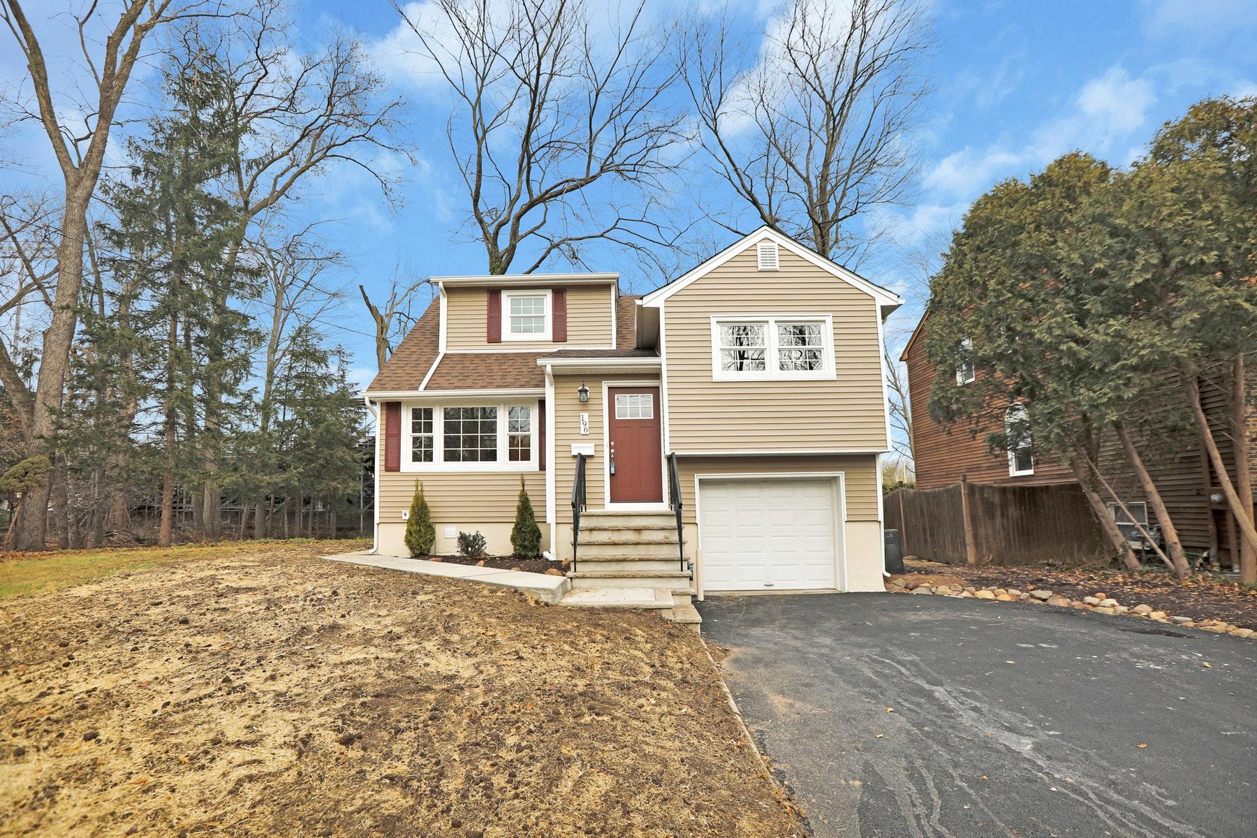 Single Family Homes pour l Vente à Renovated Split Level 196 Palisade Avenue, Emerson, New Jersey 07630 États-Unis