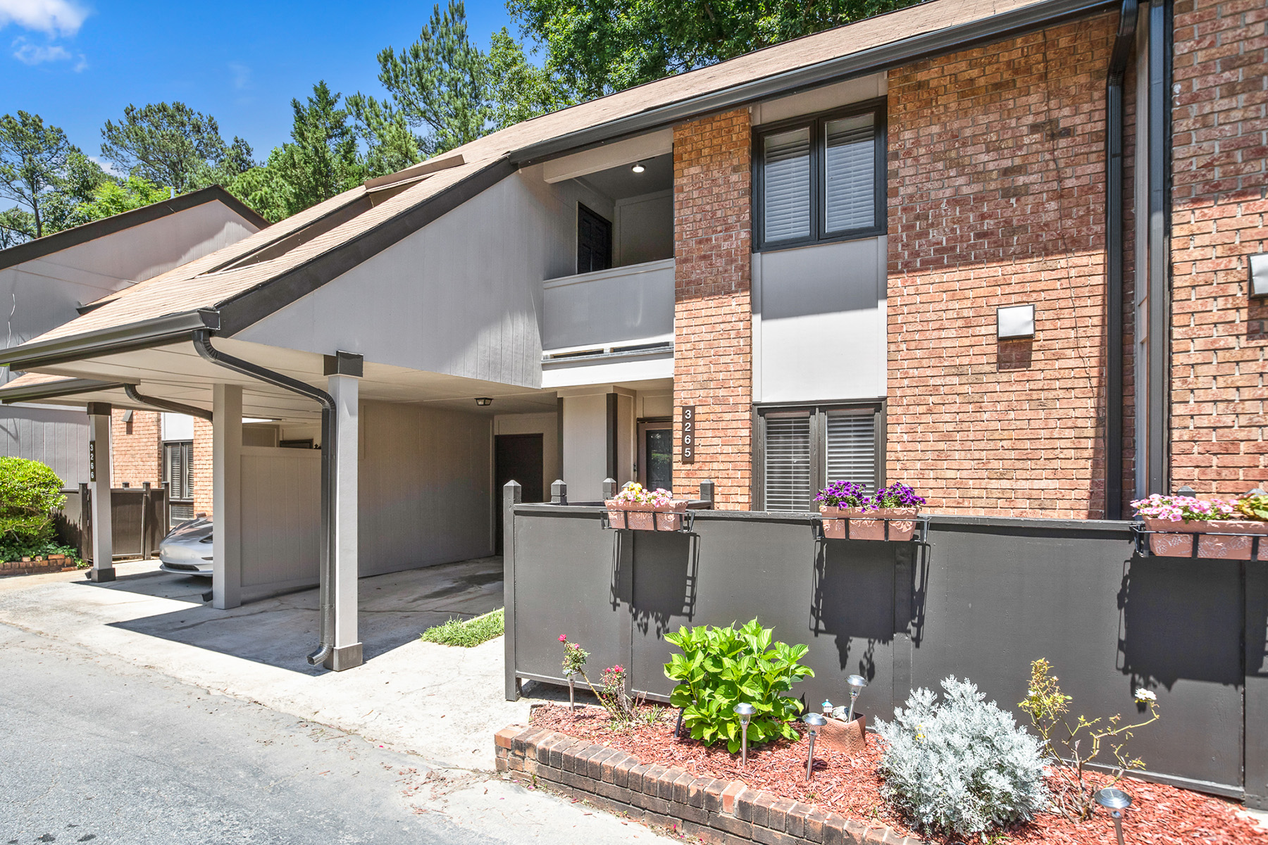 townhouses 为 销售 在 Updated Brookhaven Townhome 3265 Clairmont North NE Brookhaven, 乔治亚州 30329 美国