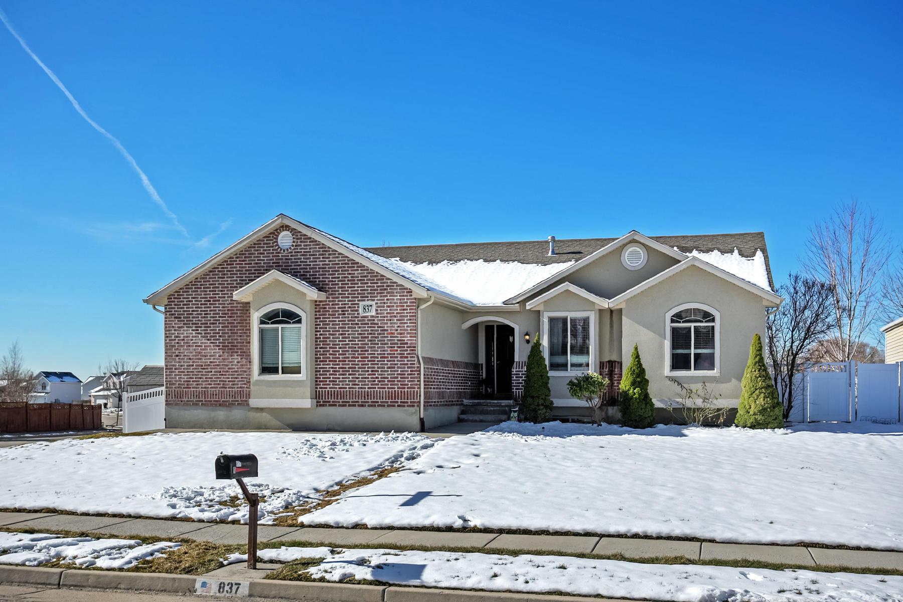 Частный односемейный дом для того Продажа на Charming Rambler In A Quiet Kaysville Neighborhood 837 N Crimson Lane Kaysville, Юта, 84037 Соединенные Штаты