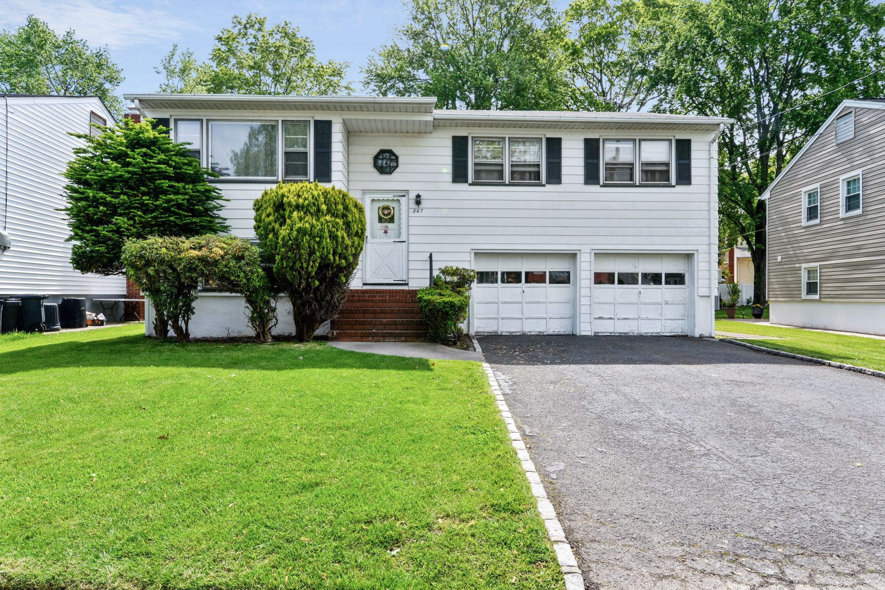 Single Family Homes for Sale at Spacious Bi-Level 867 Sheridan Street Union, New Jersey 07083 United States