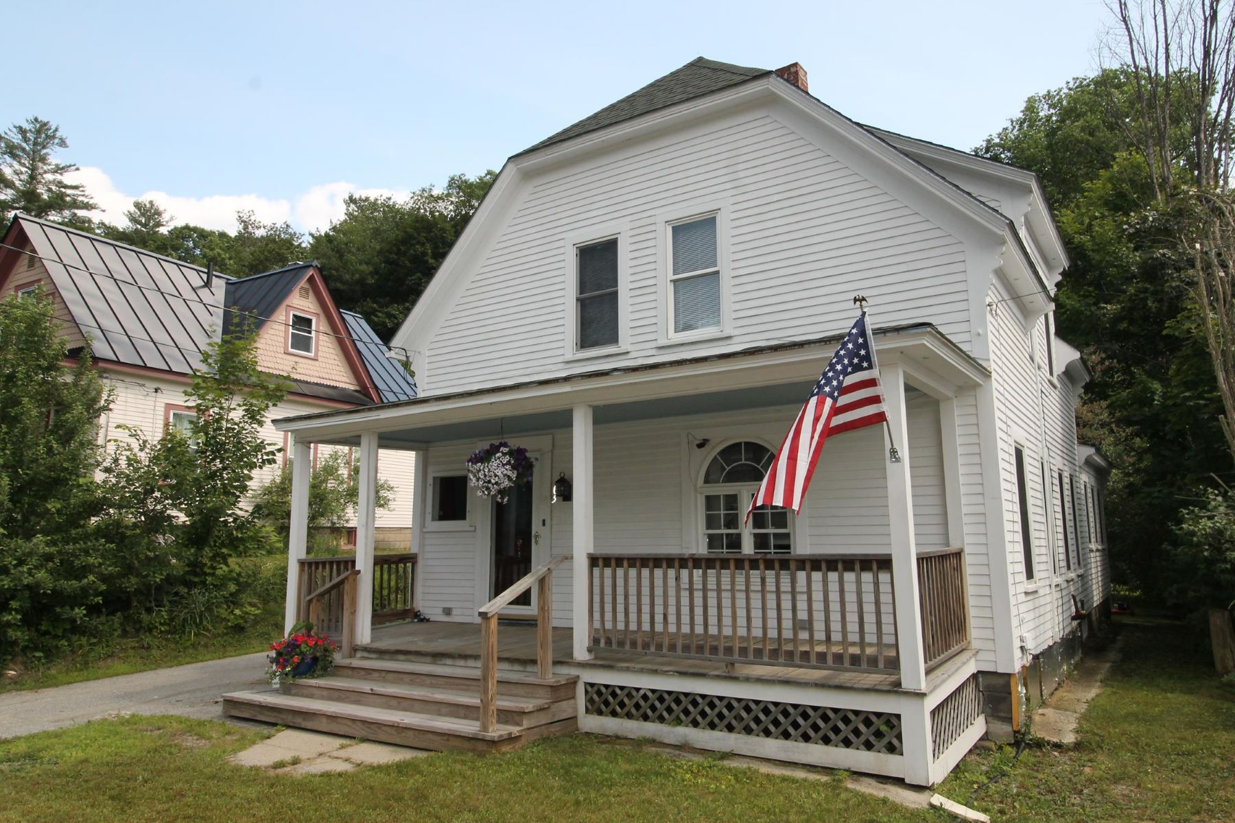 Single Family Homes pour l Vente à Turn of the Century Home on Dead End Street 65 Church St Newport, New Hampshire 03773 États-Unis